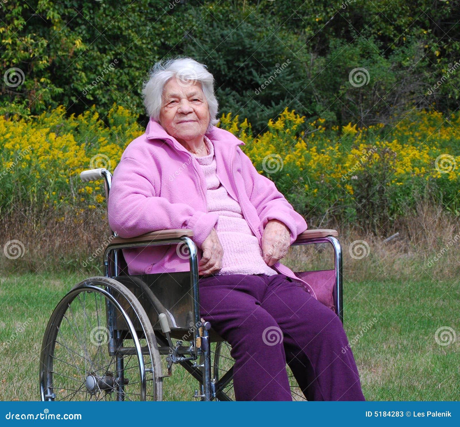 Signora Anziana In Una Sedia A Rotelle Immagine Stock