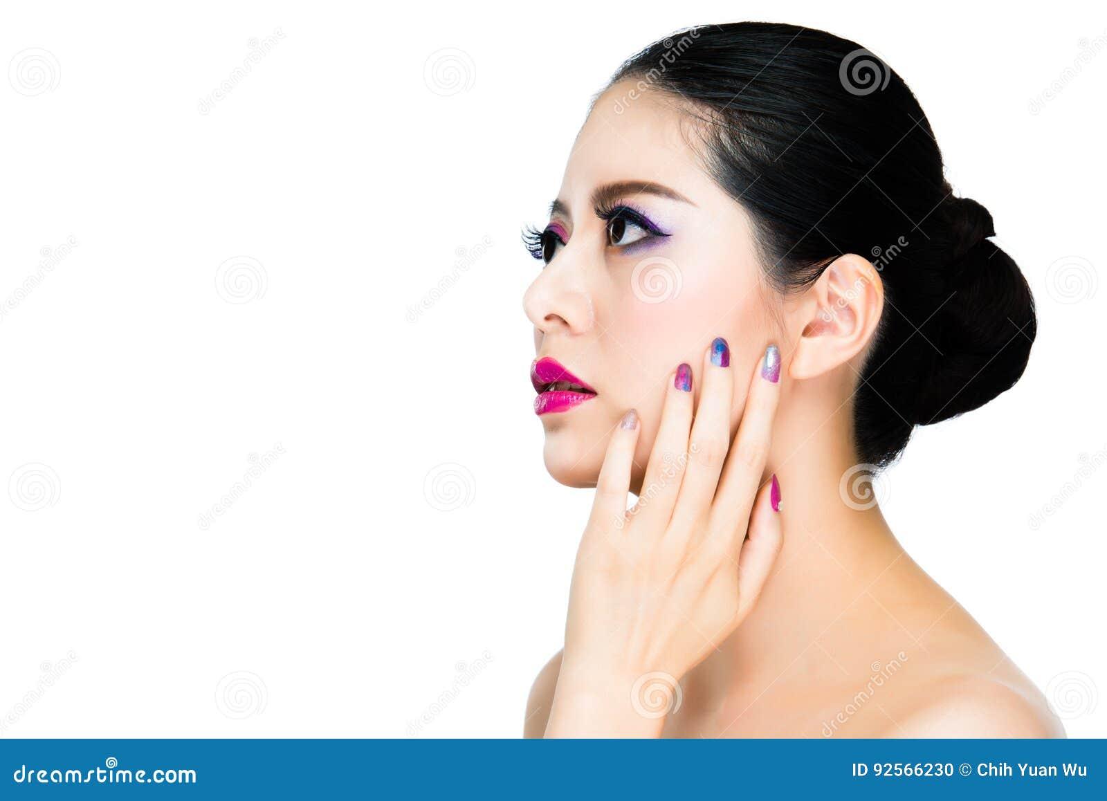 Signora castana dell asiatico dell ombretto dell arcobaleno dei capelli