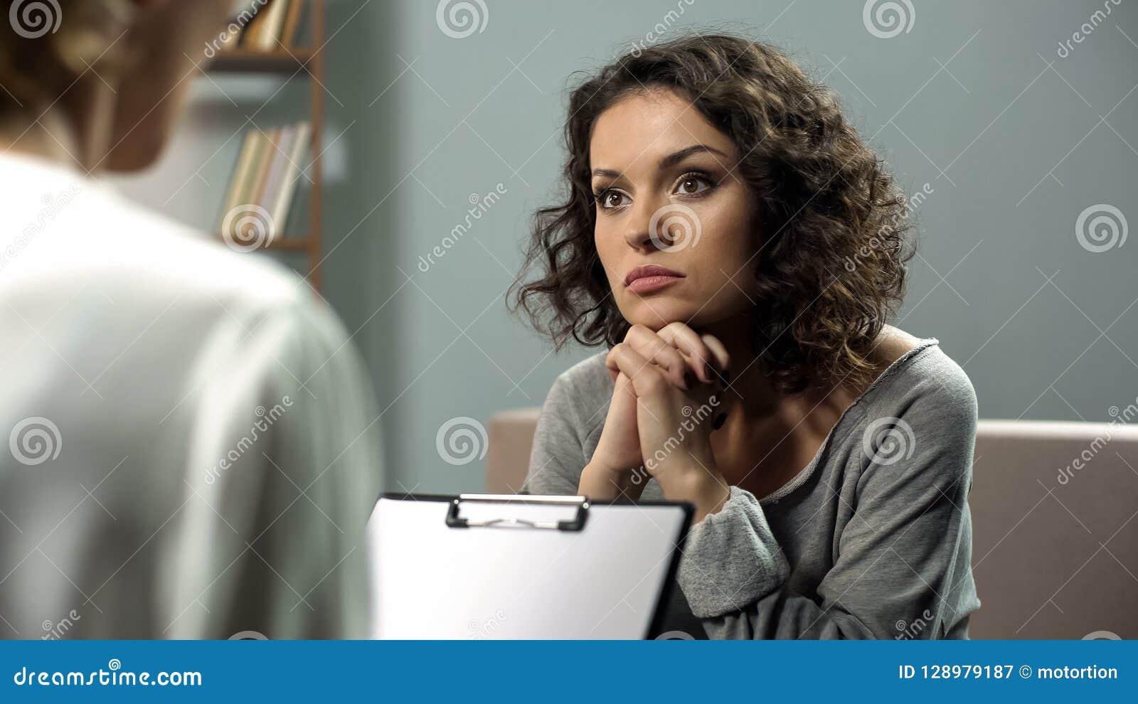 Signora che ascolta attentamente il suo consiglio dello psicoterapeuta, salute mentale, speranza