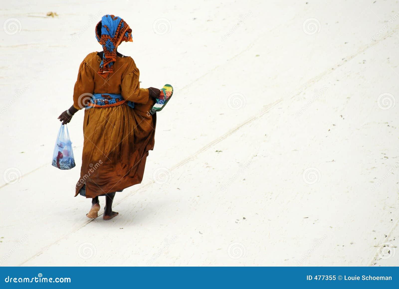 Signora dello Swahili sull isola di Zanzibar
