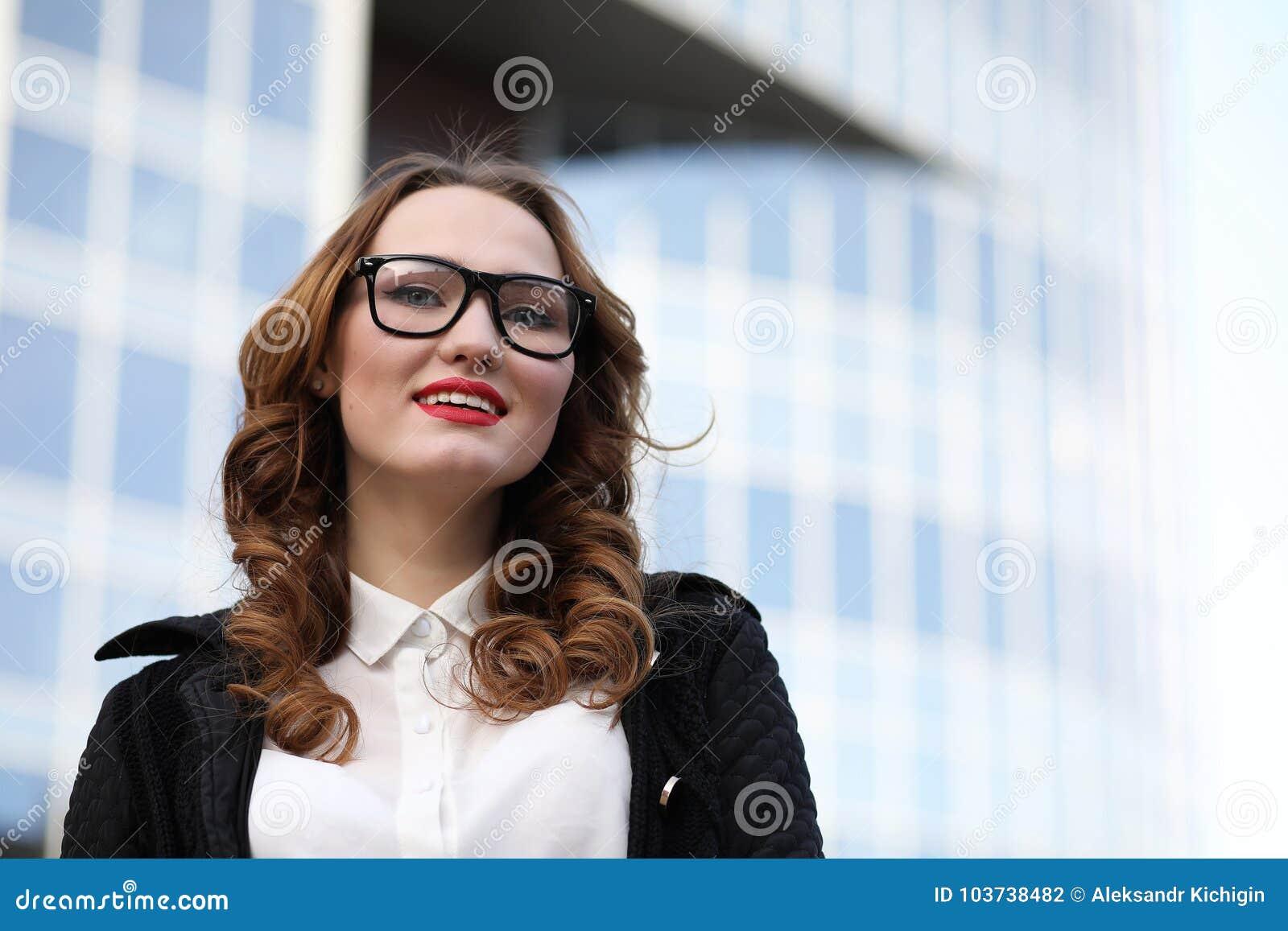 Signora di affari in vestiti rigorosi sui precedenti delle costruzioni