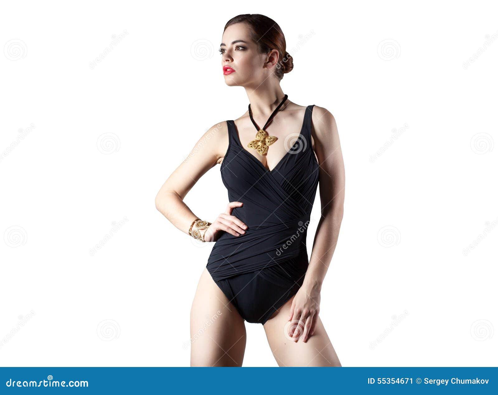 Signora di fascino in costume da bagno nero isolato su fondo bianco