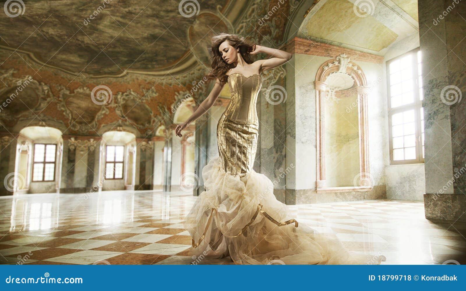 Signora di modo in un interiore alla moda