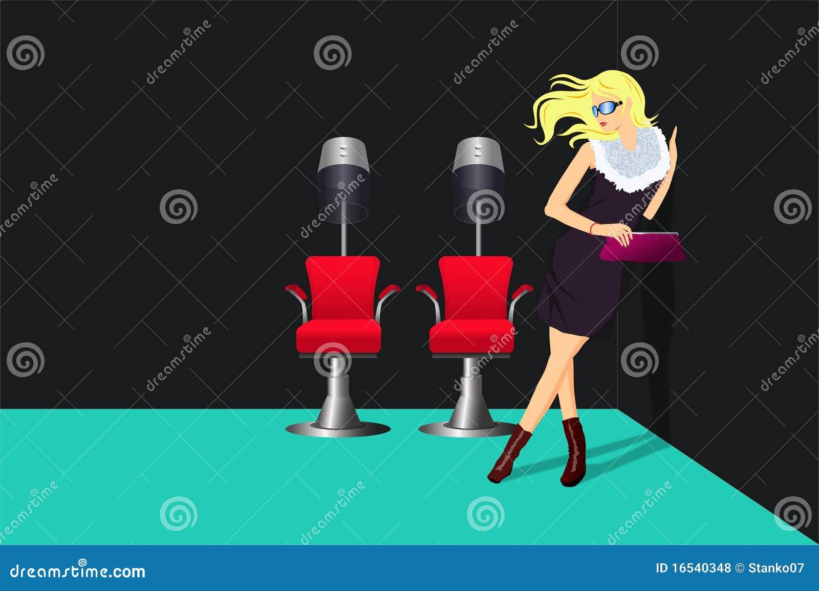 Signora nel salone di lavoro di parrucchiere