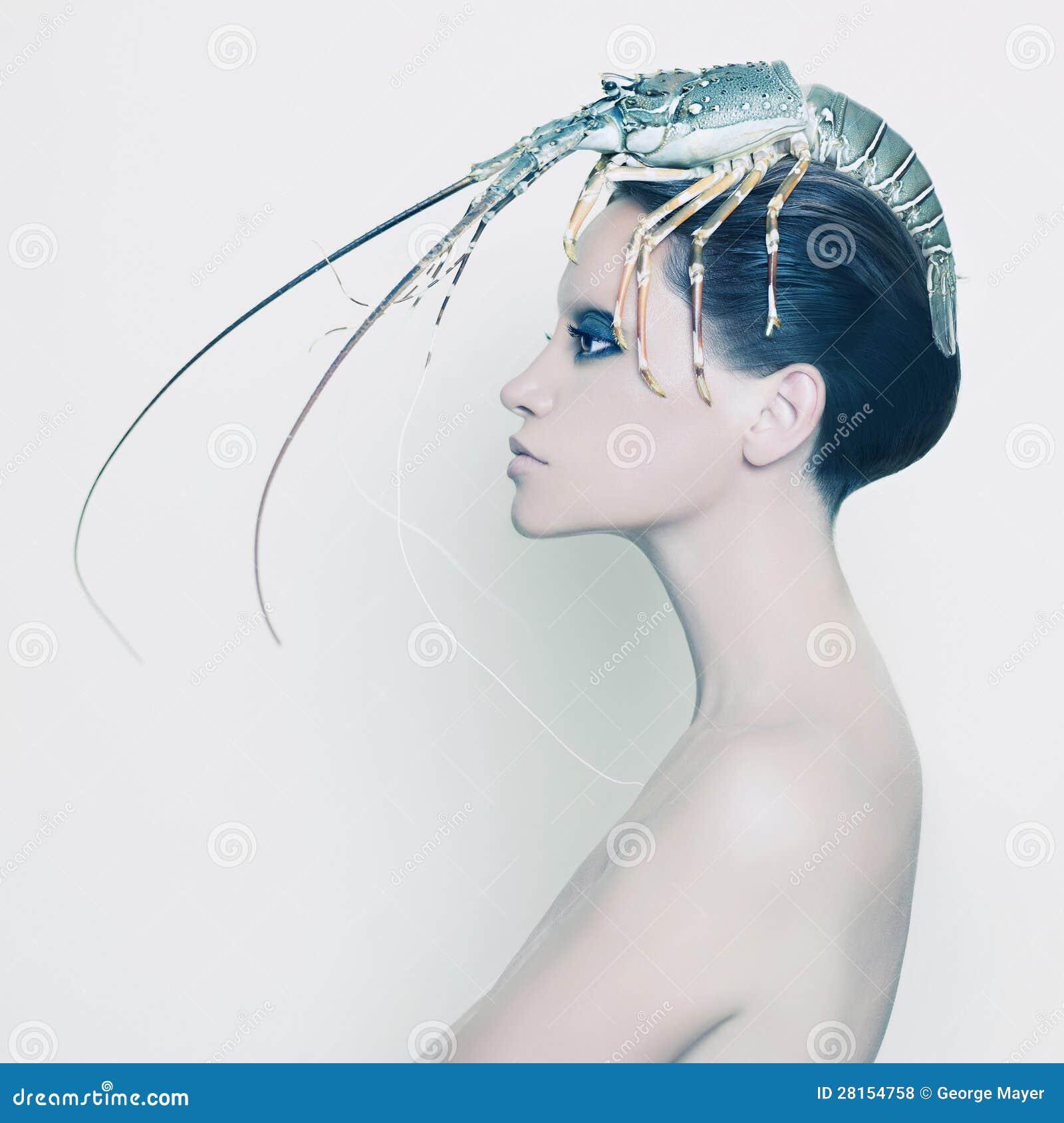 Signora surreale con l aragosta sulla sua testa