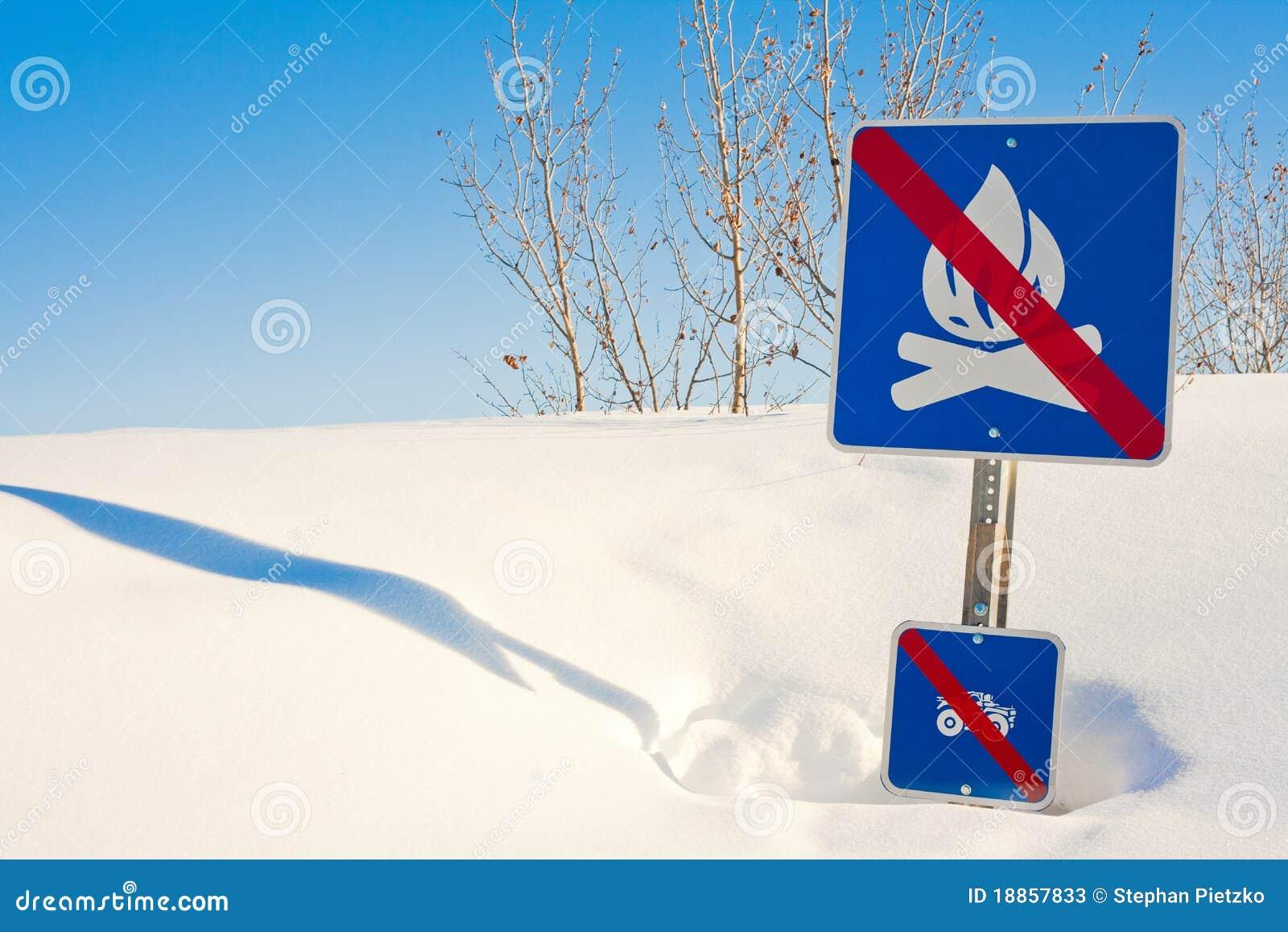 Signpost engraçado no snowdrift