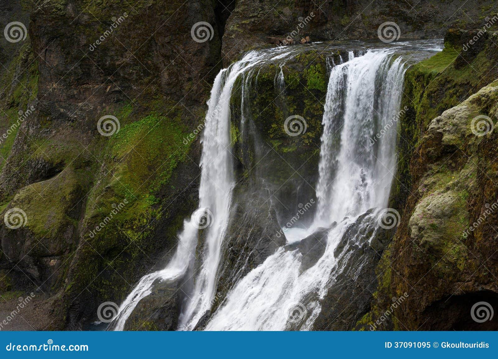 Download Siklawa Wśród Mechatych Falez, Iceland Obraz Stock - Obraz złożonej z lato, mech: 37091095