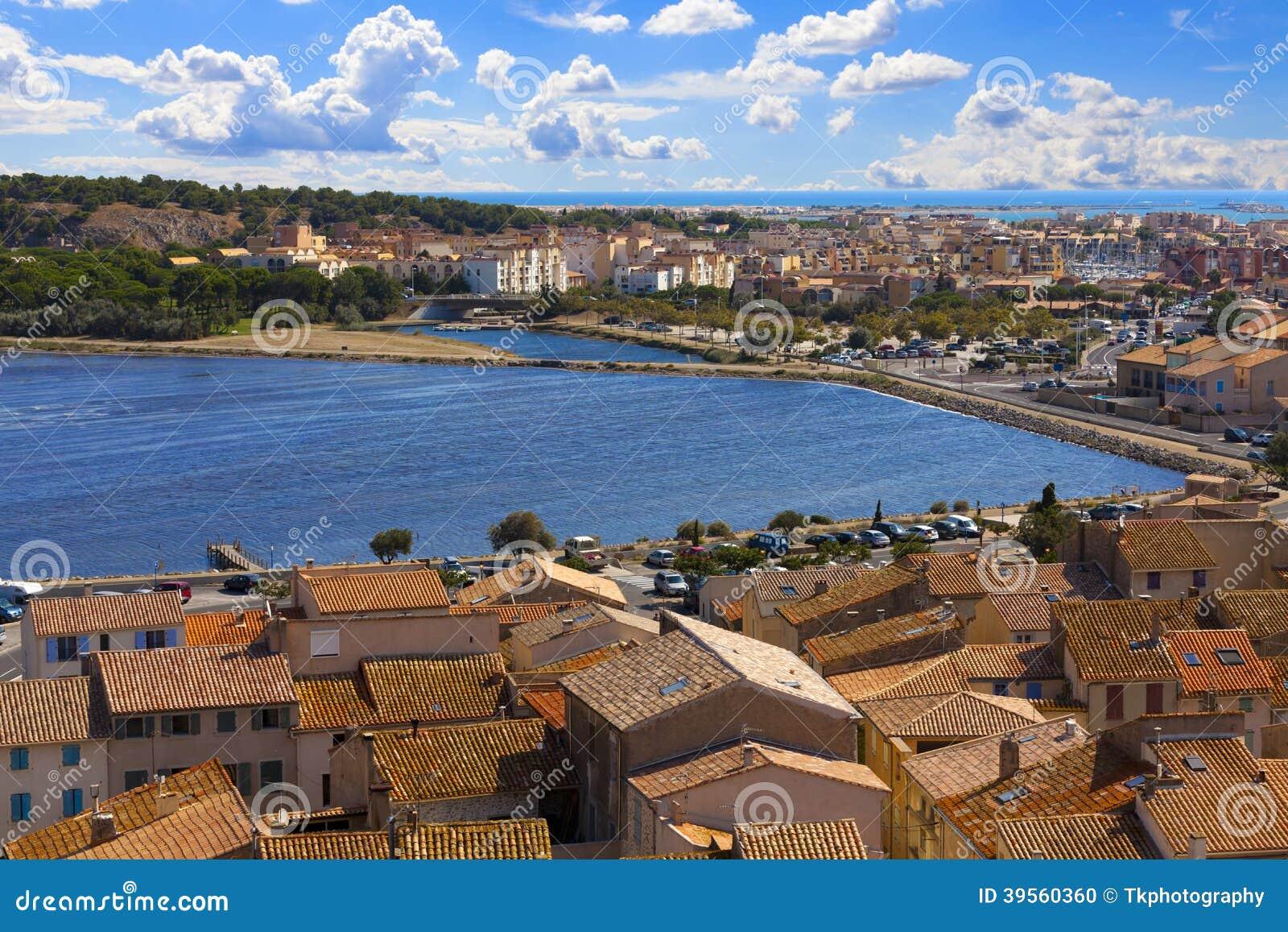 Sikt över taken av den lilla staden Gruissan