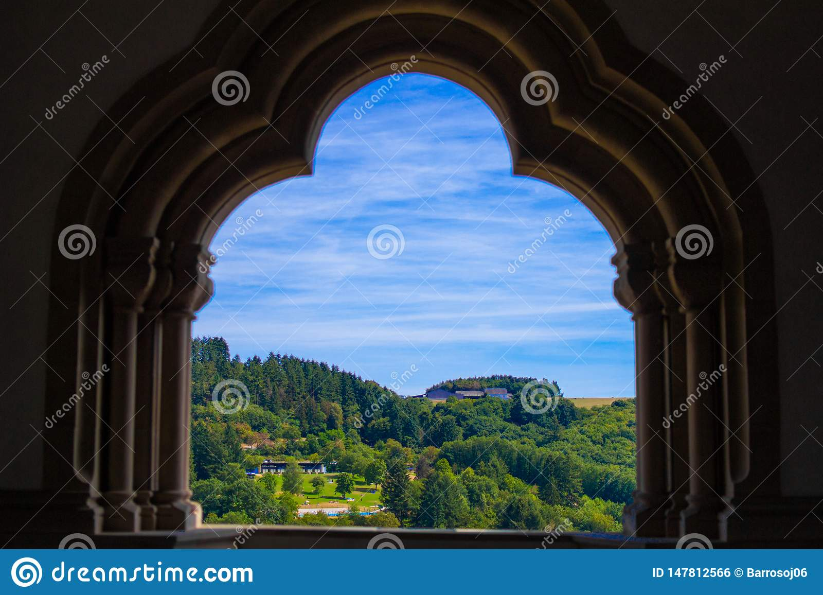 Sikt av berget och skogen i Vianden, Luxembourg, fr?n en b?ge inom den Vianden slotten