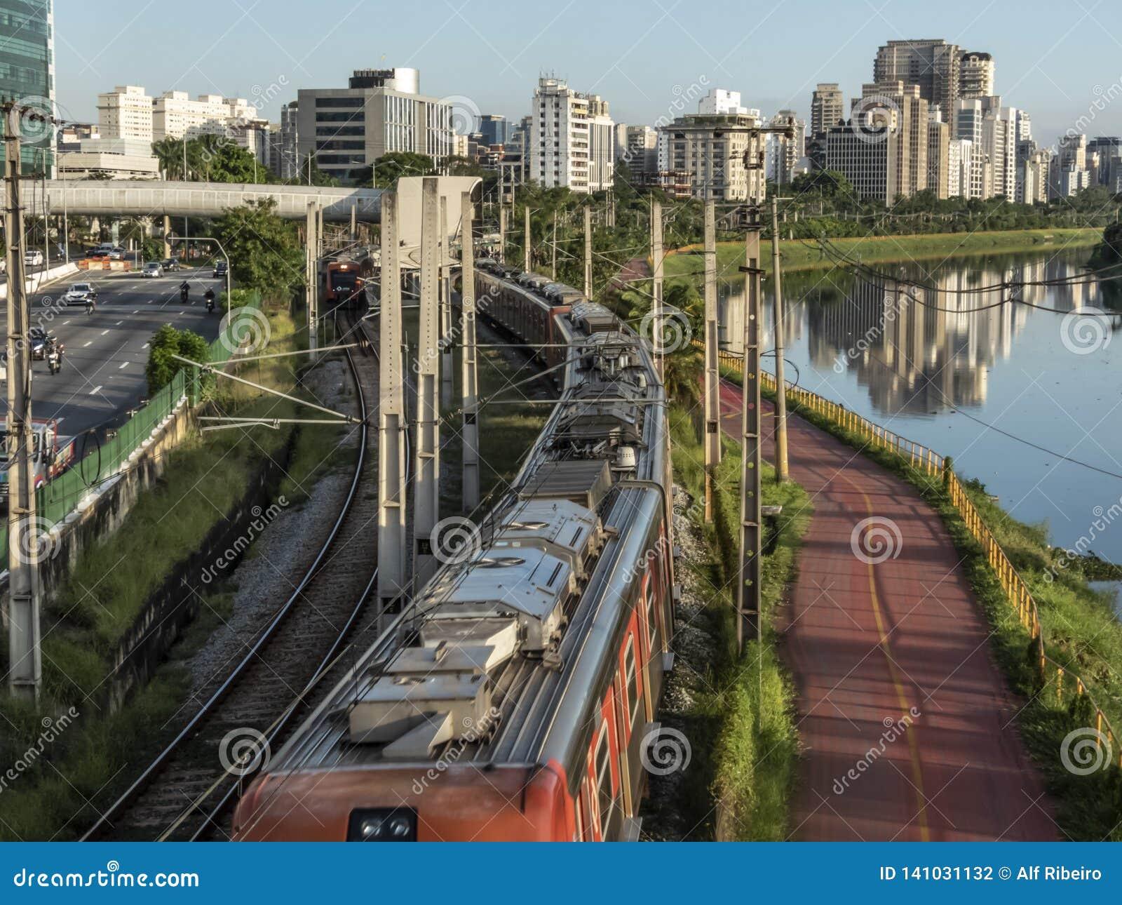 Sikt av byggnader, CPTM-drevet, trafik av medel och floden i marginell Pinheiros flodaveny