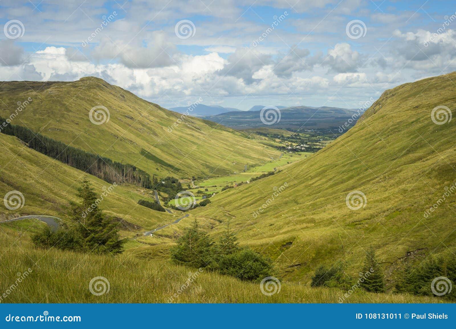 Sikt av dalen på det Glengesh passerandet Co Donegal