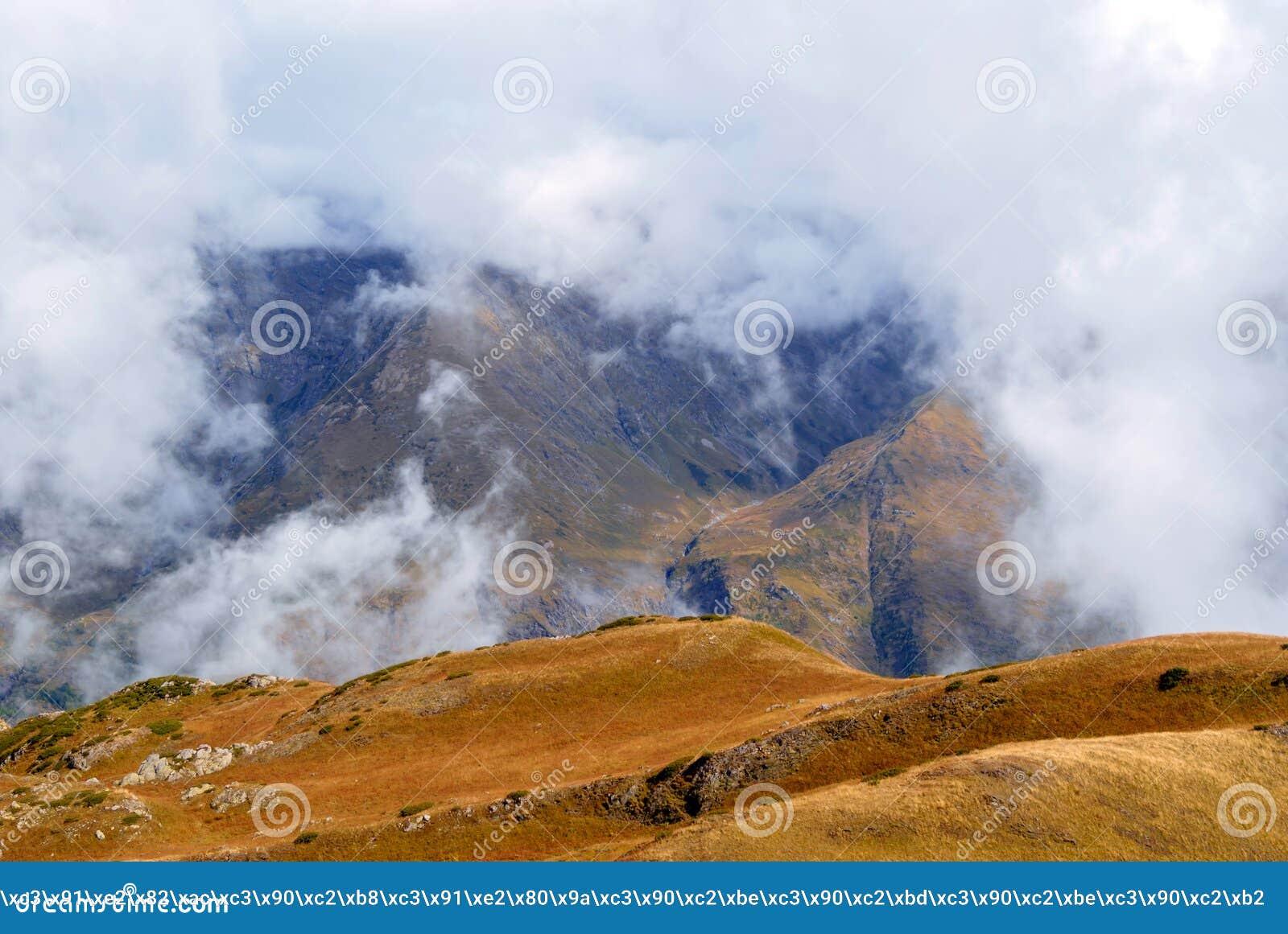 Sikt av dalen uppifrån av berget
