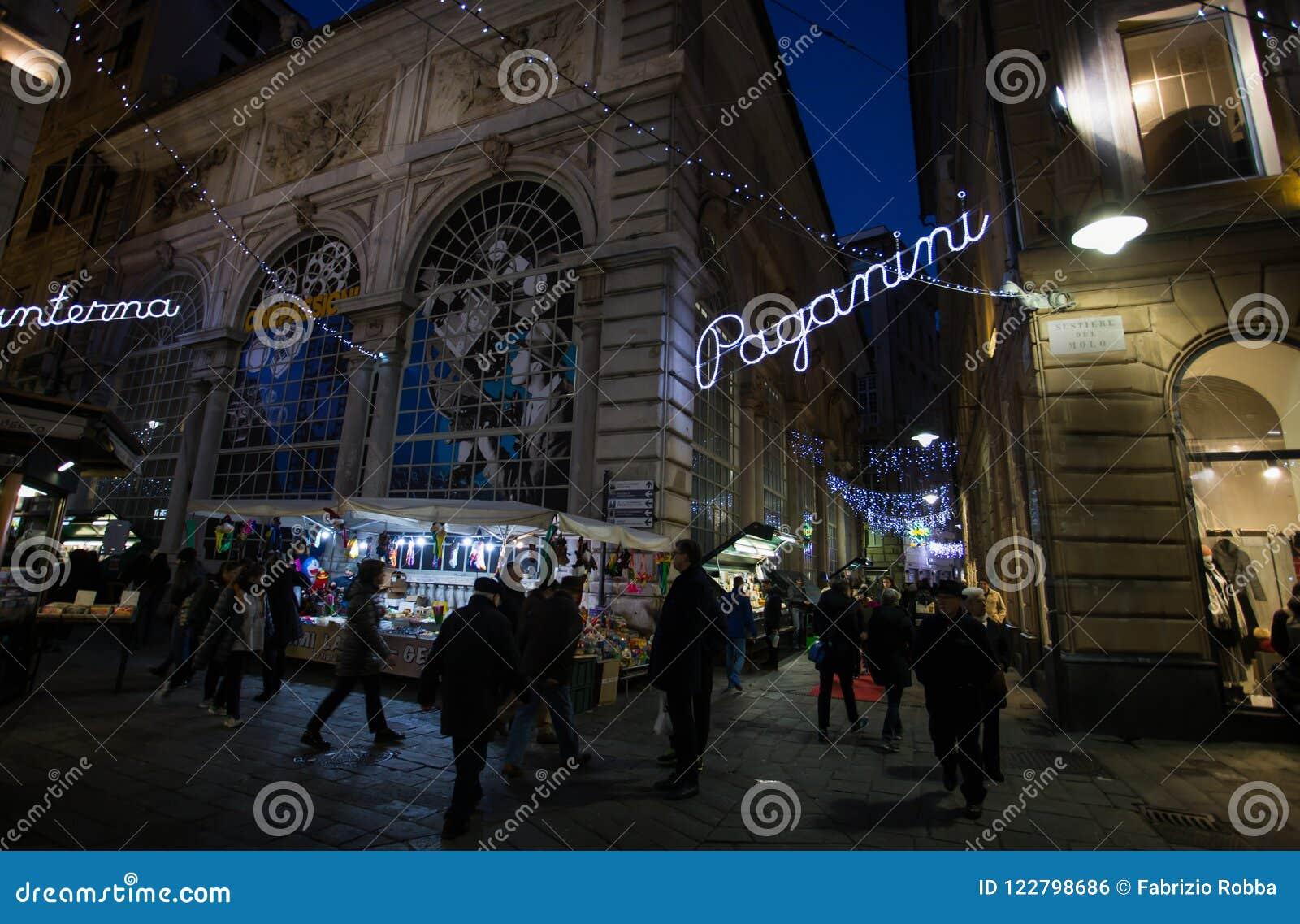 Sikt av den Banchi fyrkanten vid natt, i hjärtan av den gamla staden i Genua, Genova, Italien