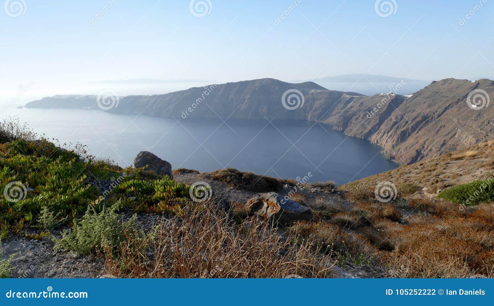 Sikt av den buktiga fjärden in mot Oia i Santorini, Grekland