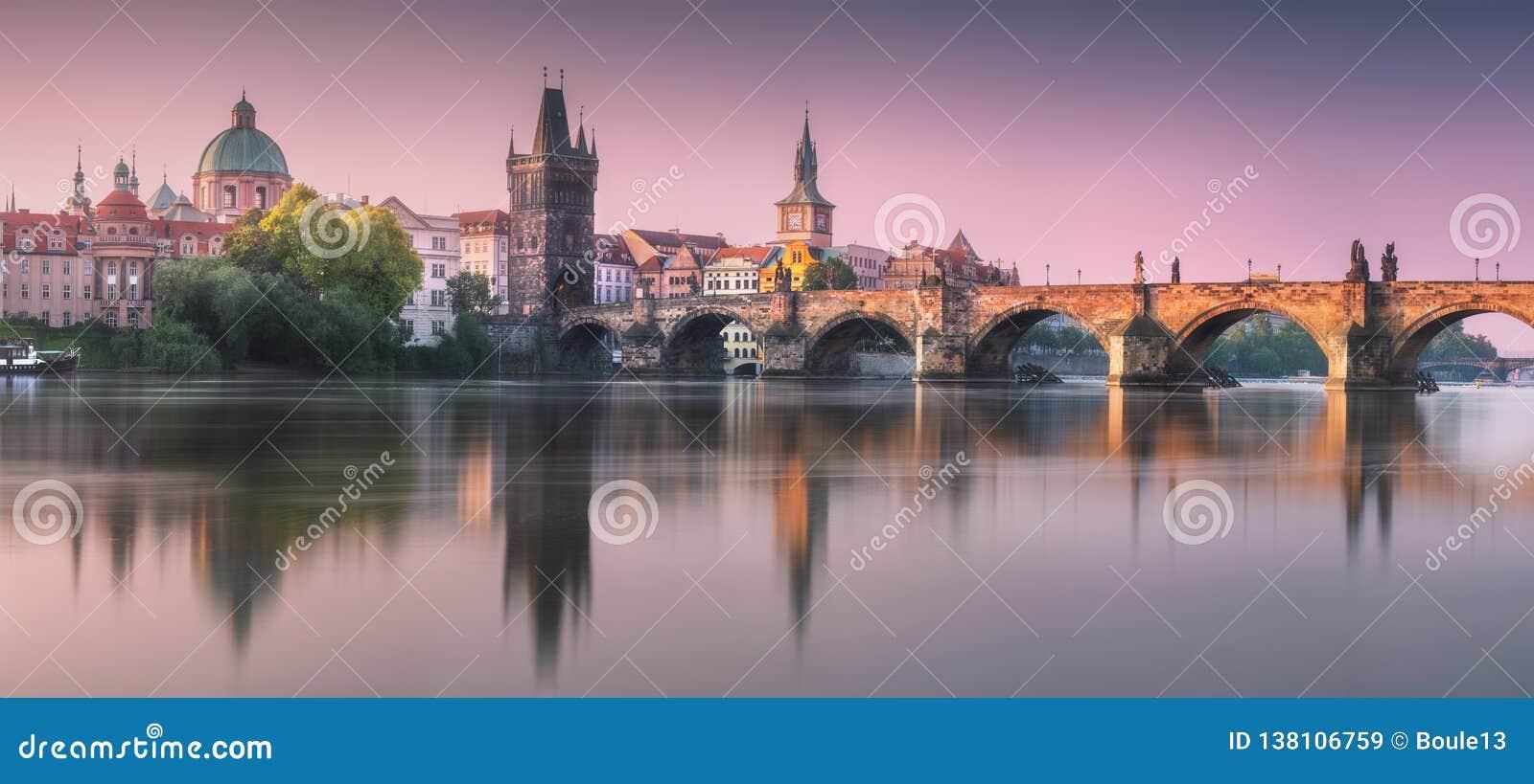 Sikt av den Charles bron Prague, Tjeckien