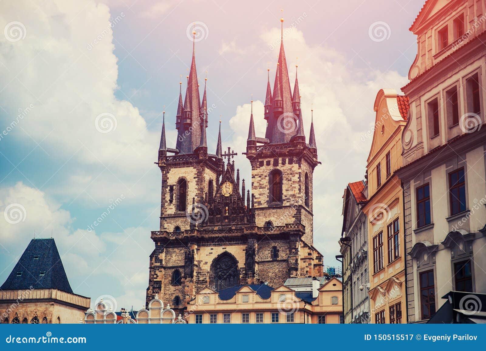 Sikt av den färgrika Prague Europa slotten och den gamla staden med tak för röd tegelplatta, Tjeckien Begreppslopp