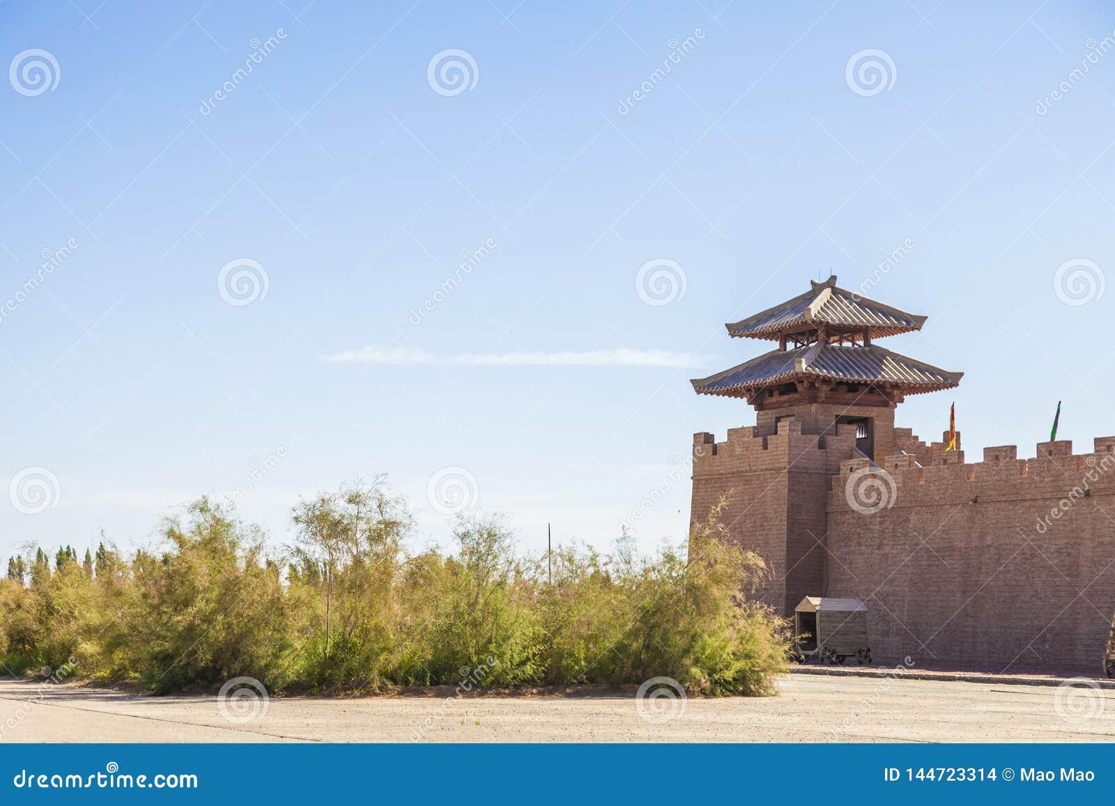 Sikt av den f?stningv?ggen och watchtoweren p? den historiska platsen av Yang Pass, i Yangguan, Gansu, Kina