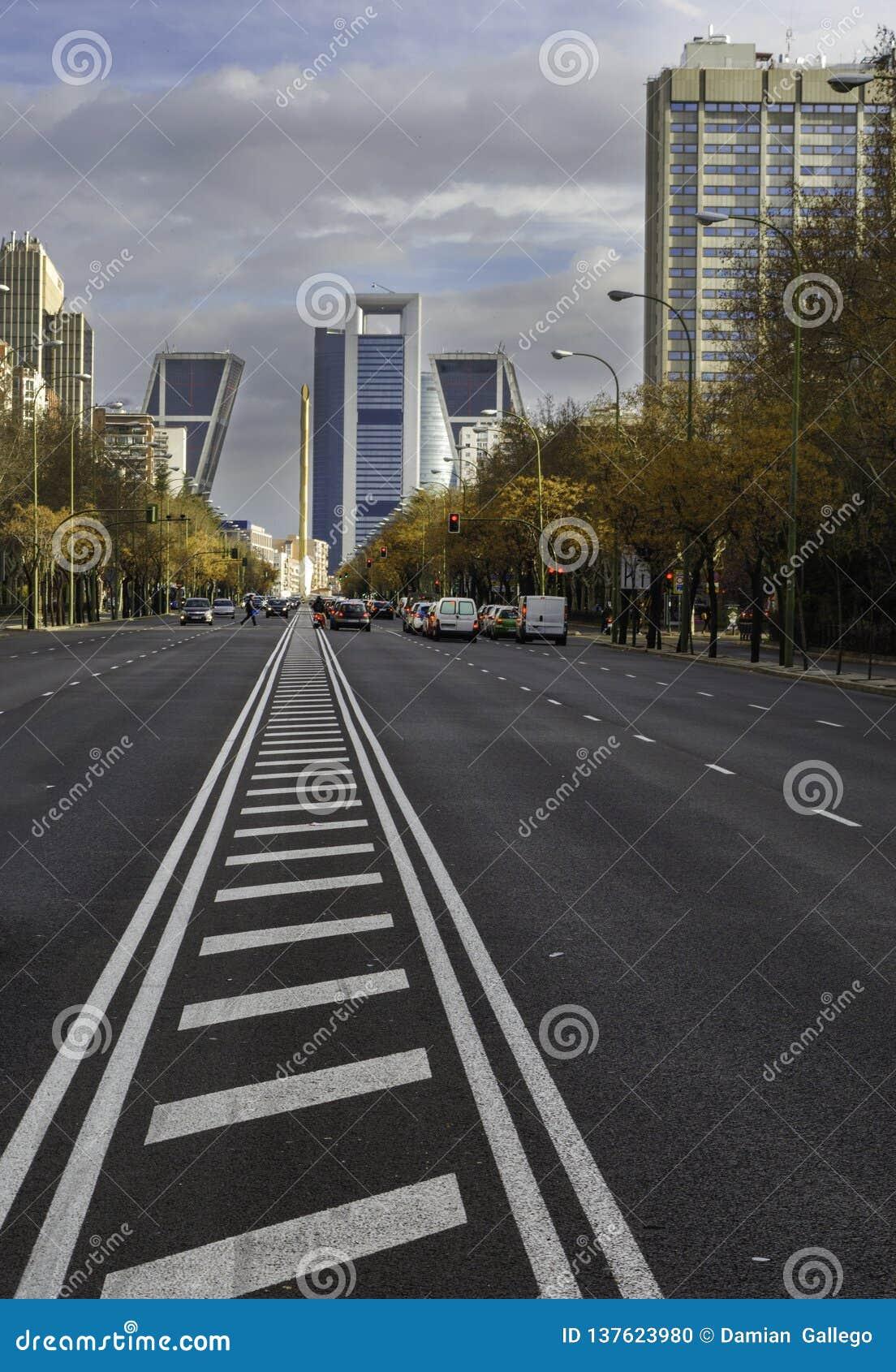 Sikt av den finansiella och kommersiella mitten av den Castellana avenyn i Madrid, Spanien
