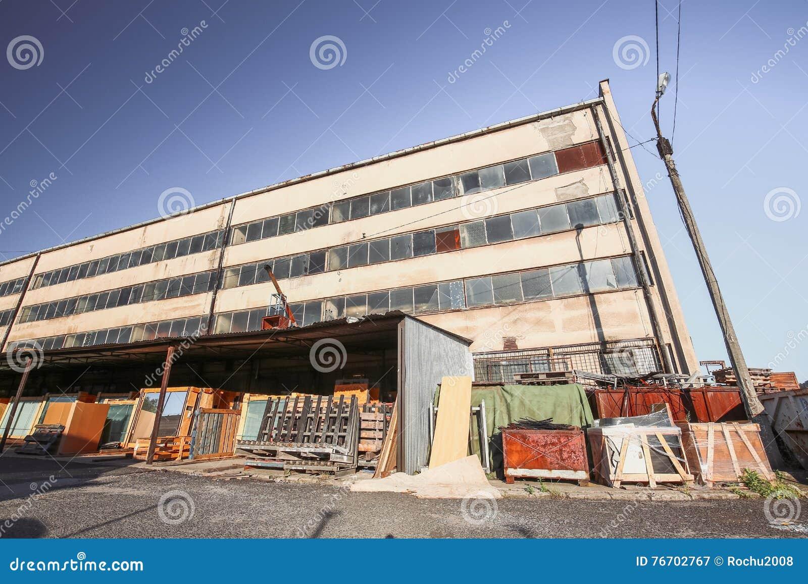 Sikt av den gamla kommunistiska fabriken i Polen