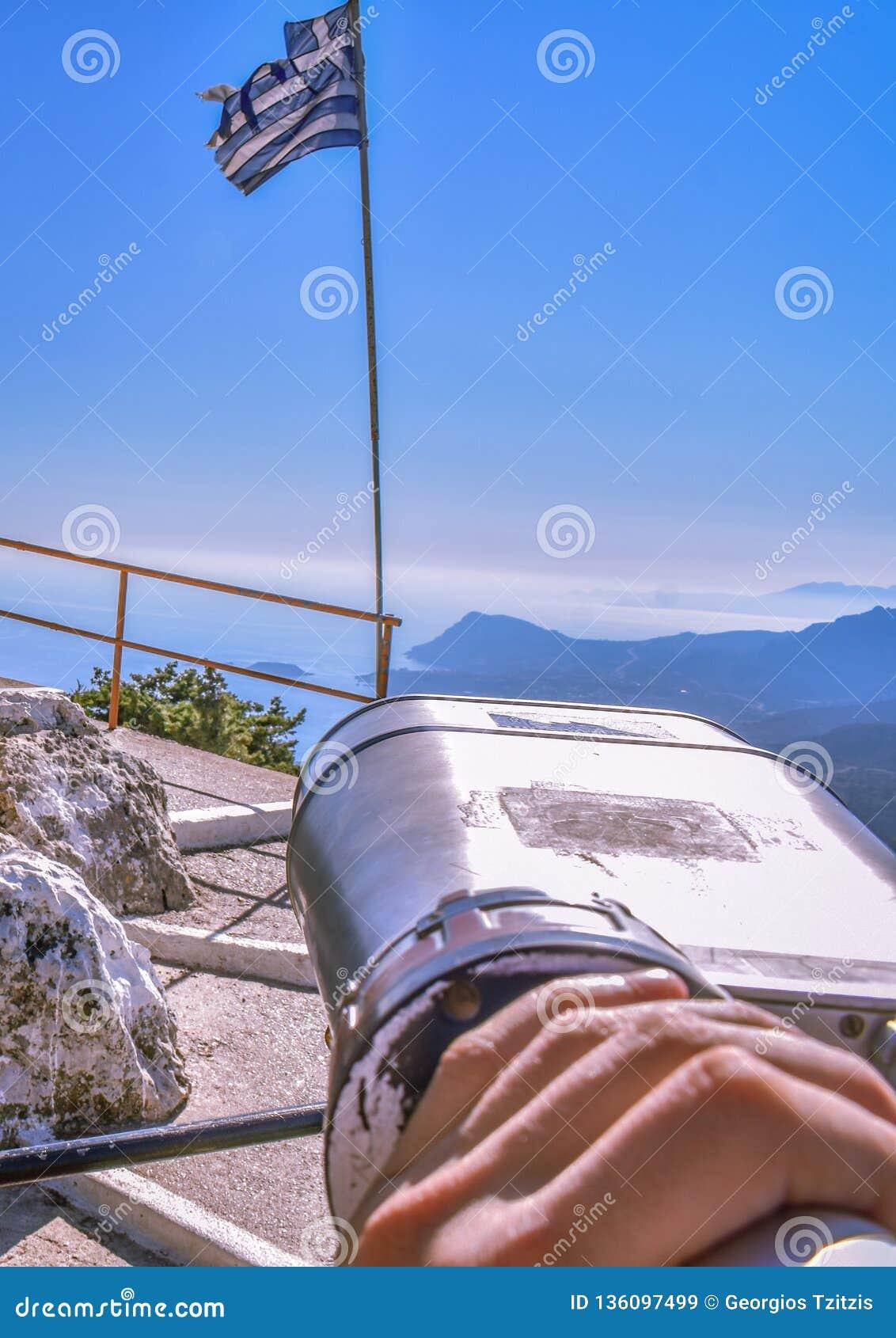 Sikt av den grekiska flaggan uppifrån av berget