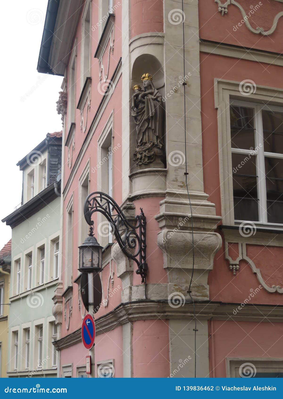 Sikt av den härliga lyktan och basreliefen på byggnaden