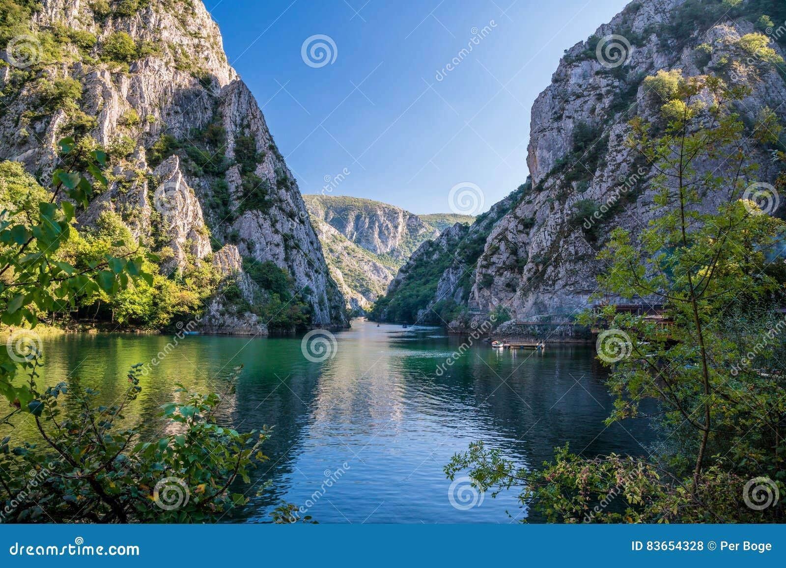Sikt av den härliga turist- dragningen, sjö på den Matka kanjonen i den Skopje omgivningen