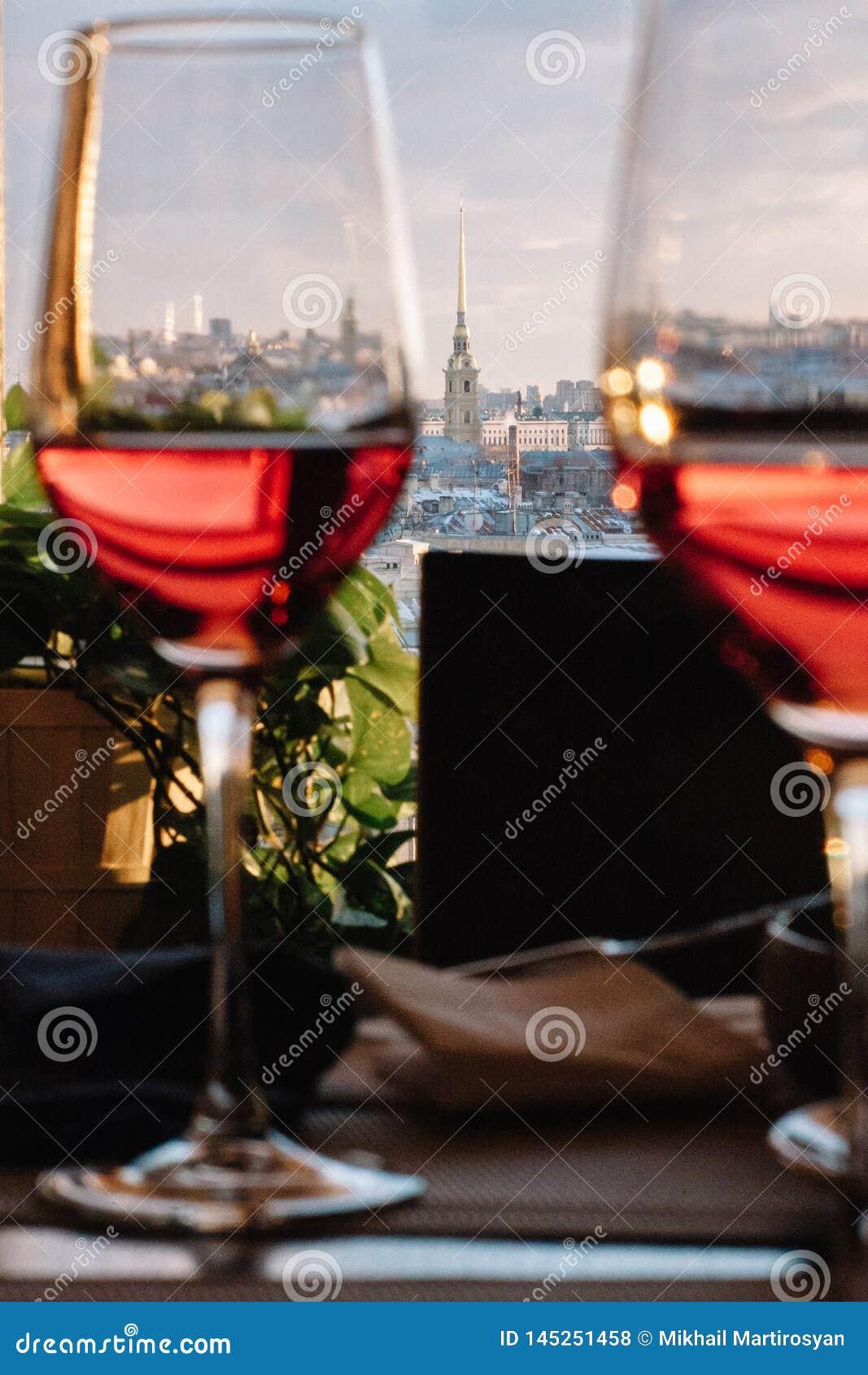 Sikt av den historiska delen av staden av St Petersburg uppifrån till och med exponeringsglasen av vin