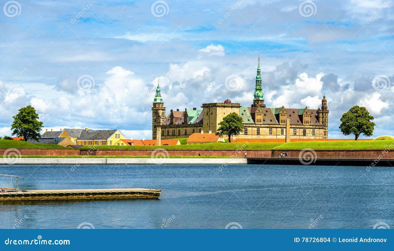 Sikt av den Kronborg slotten från Helsingor port - Danmark