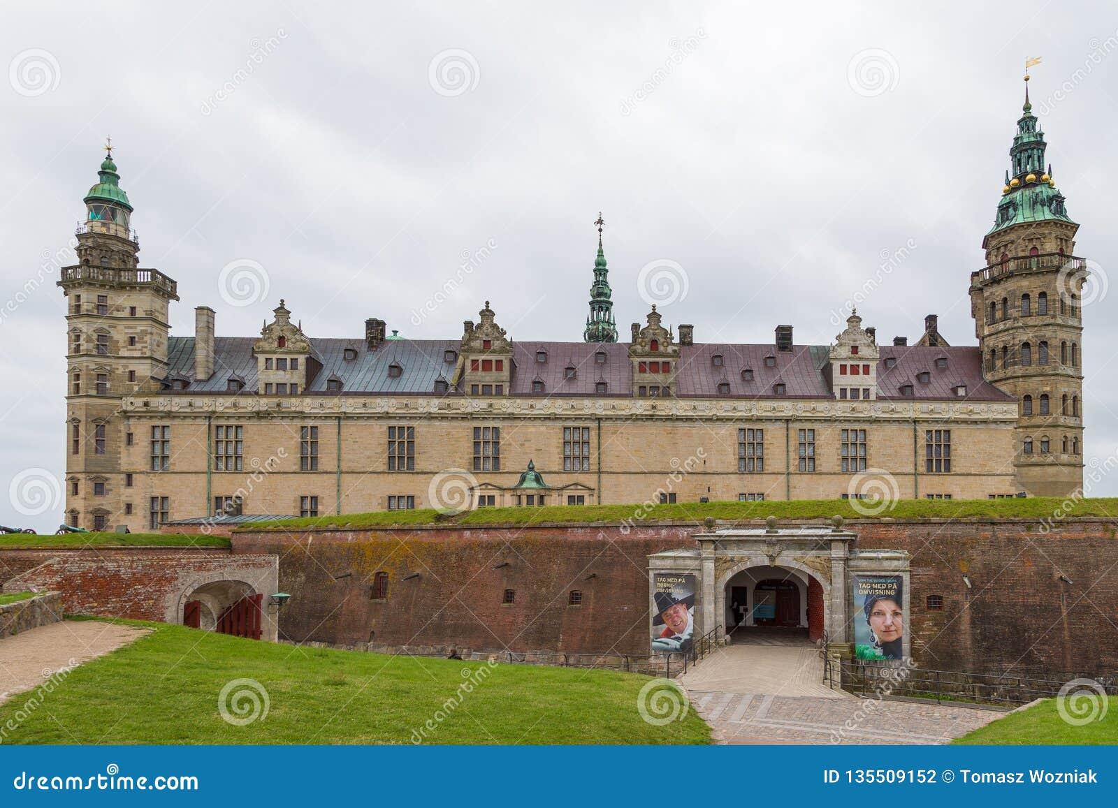 Sikt av den Kronborg slotten och defensiva väggar, Danmark