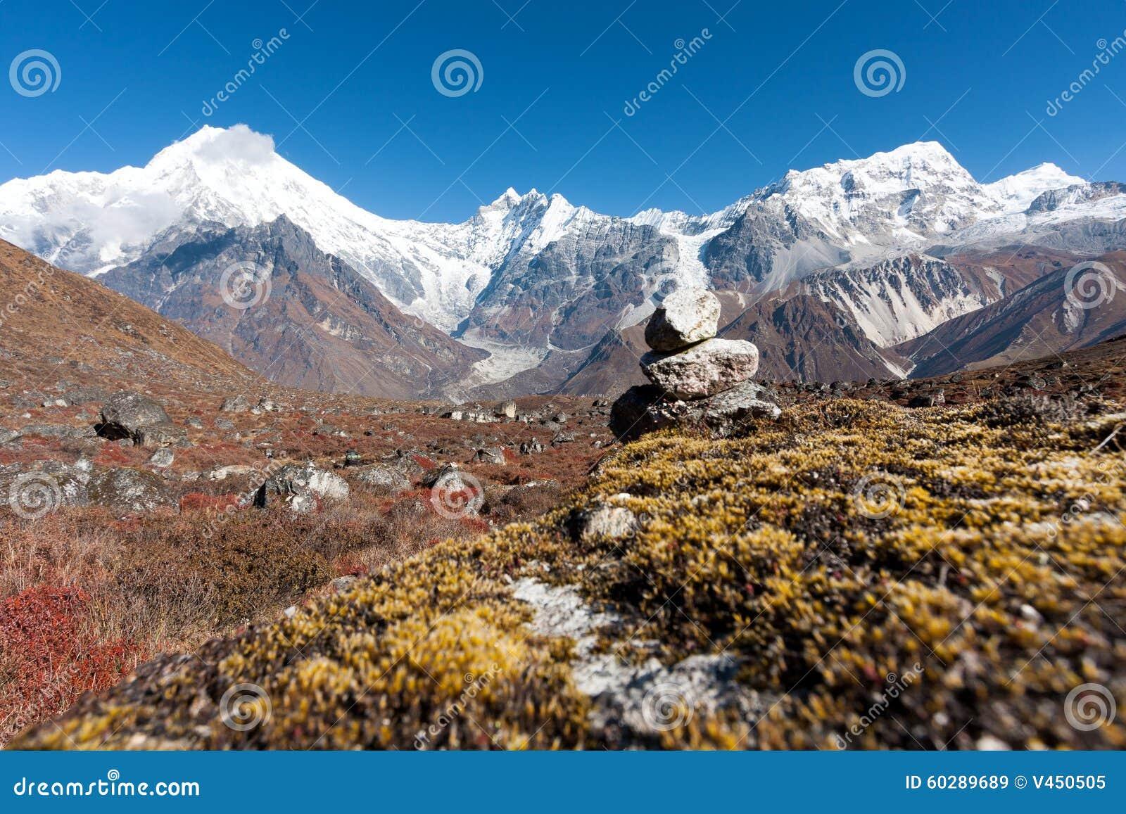 Sikt av den Langtang dalen med Mt Langtang Lirung i bakgrunden, Langtang, Bagmati, Nepal