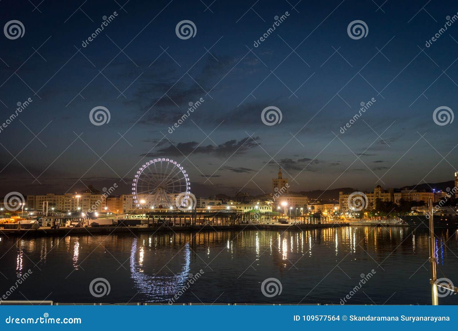 Sikt av den Malaga staden och det jätte- hjulet från hamnen, Malaga, Spanien