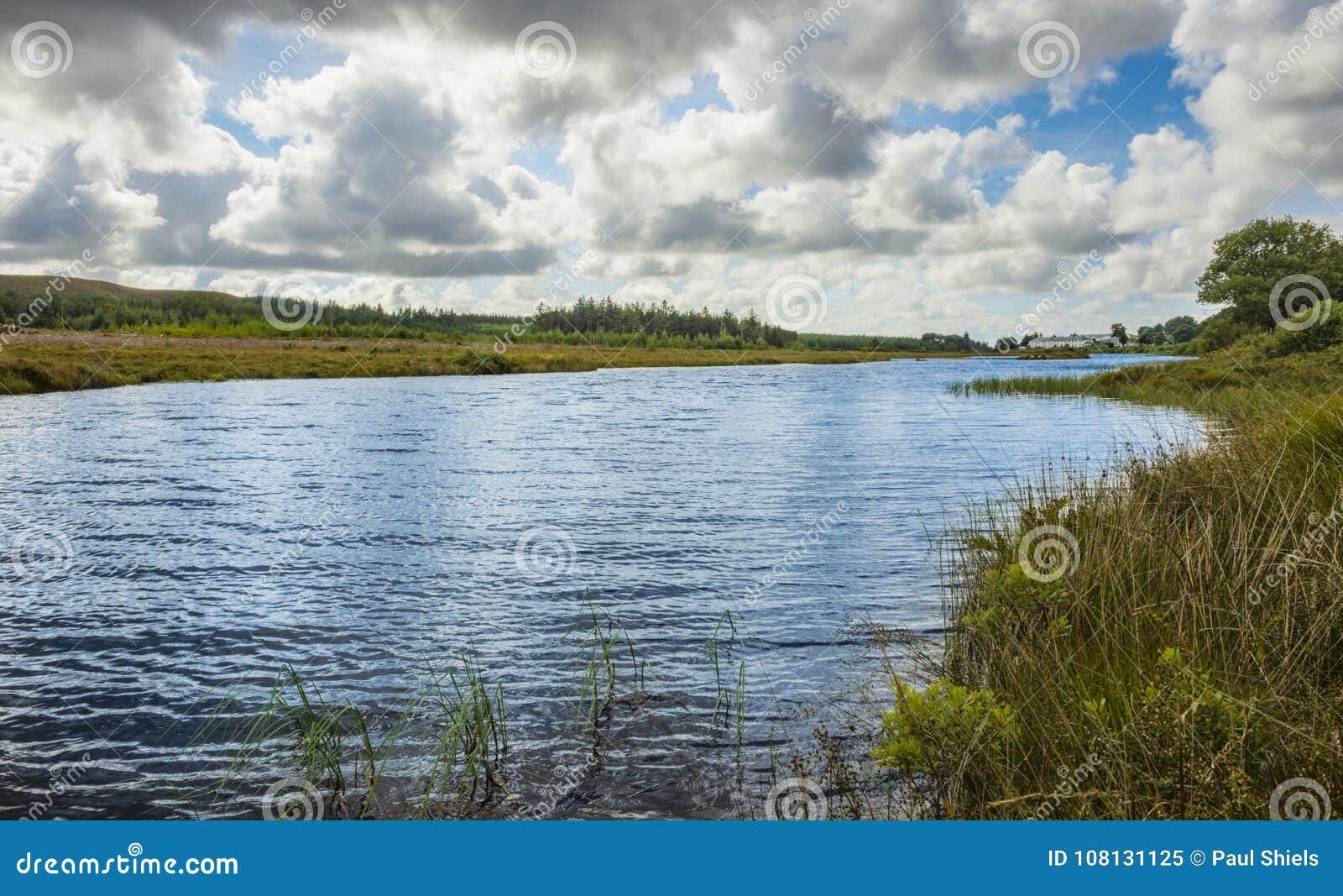 Sikt av den near monteringen Errigal, Co Donegal för flod