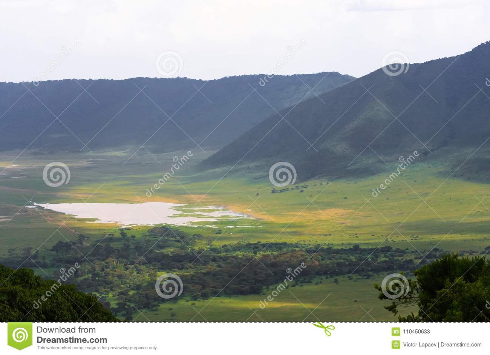 Sikt av den Ngorongoro krater Sjön är inom krater Tanzania Afrika