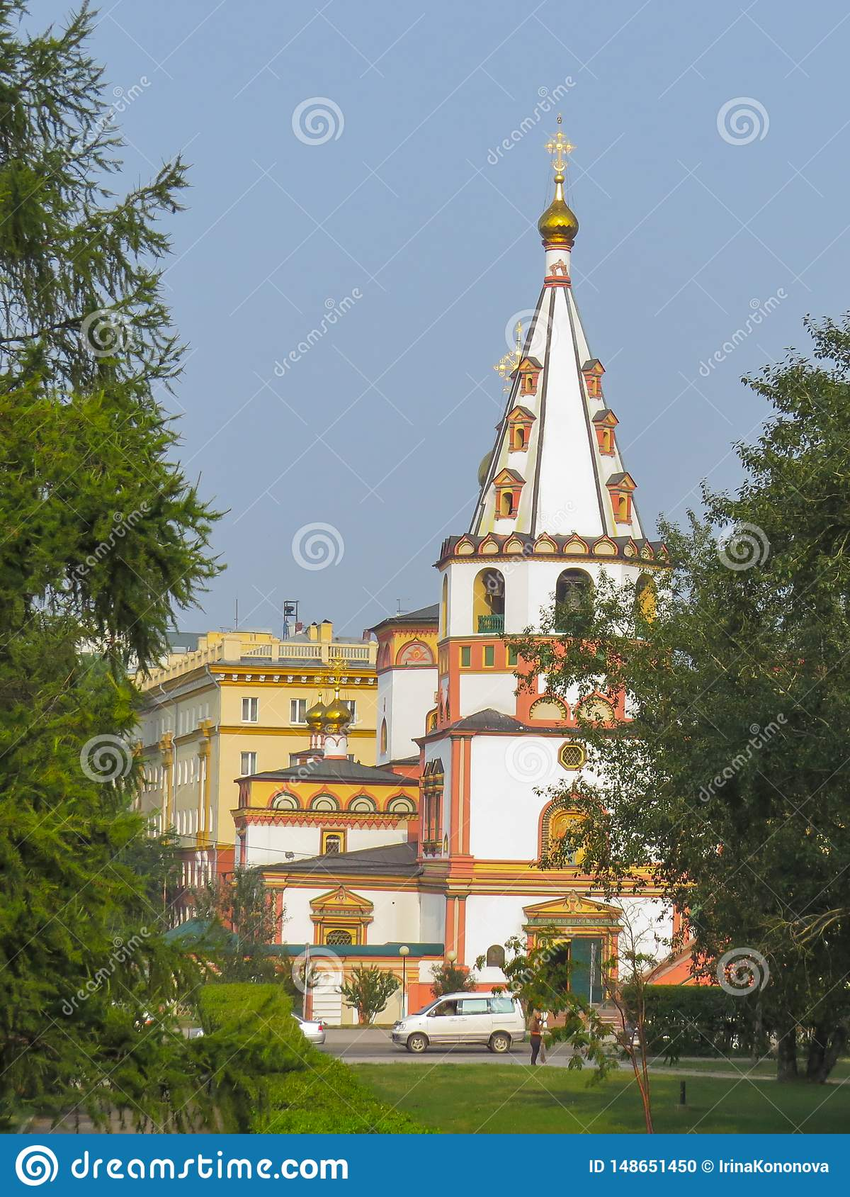 Sikt av den ortodoxa domkyrkan av epiphanyen på en solig dag för sommar