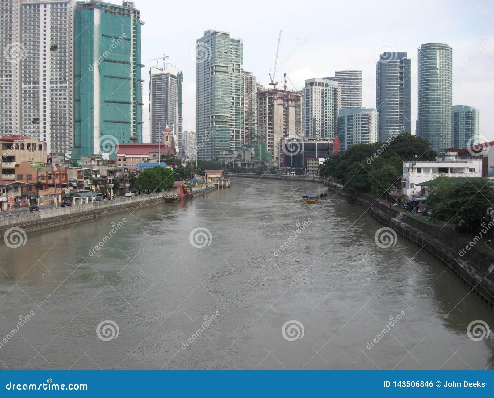 Sikt av den Pasig floden från en bro, Makati stad, Filippinerna
