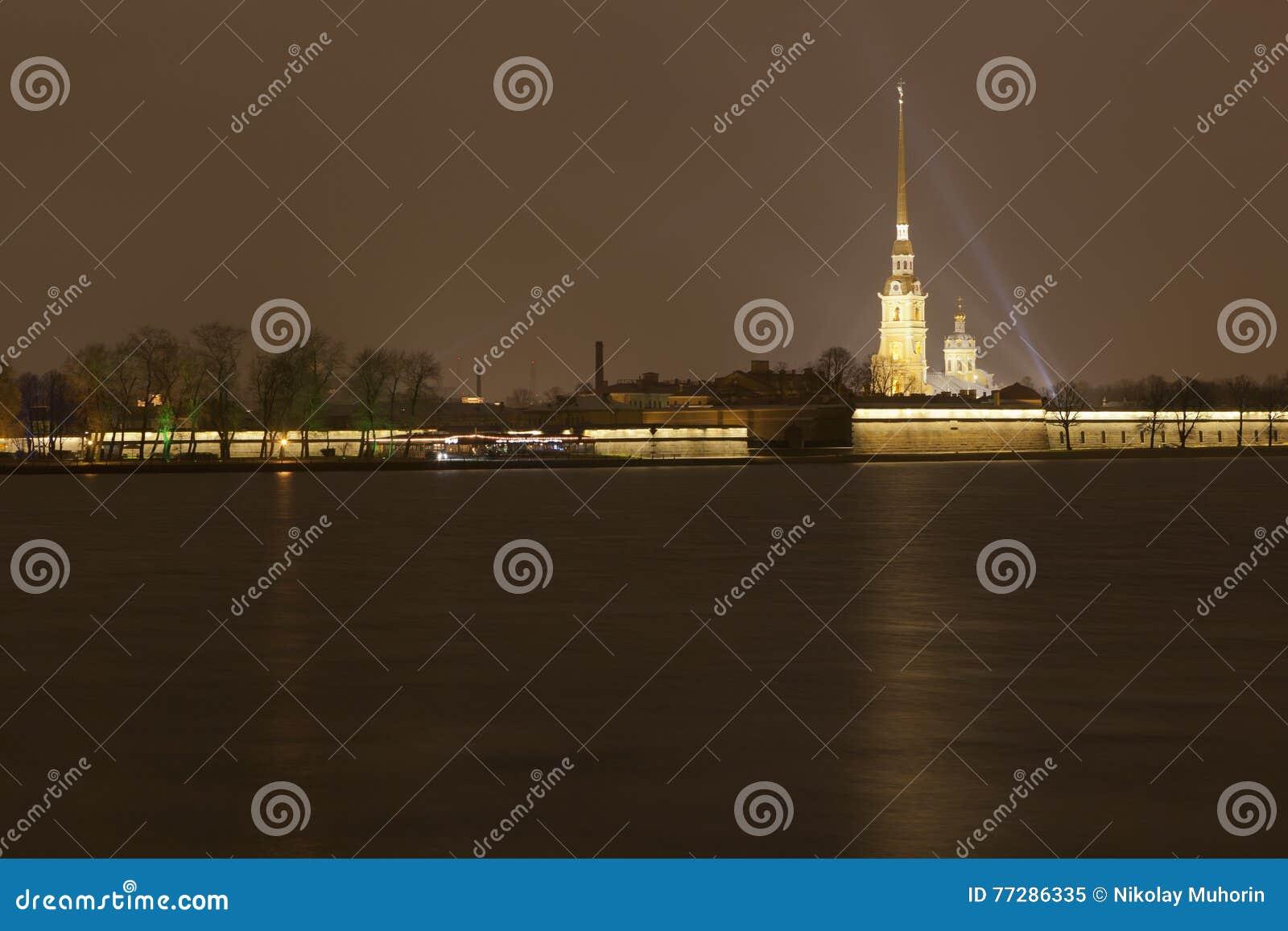 Sikt av den Petropavlovsk fästningen på natten petersburg russia st