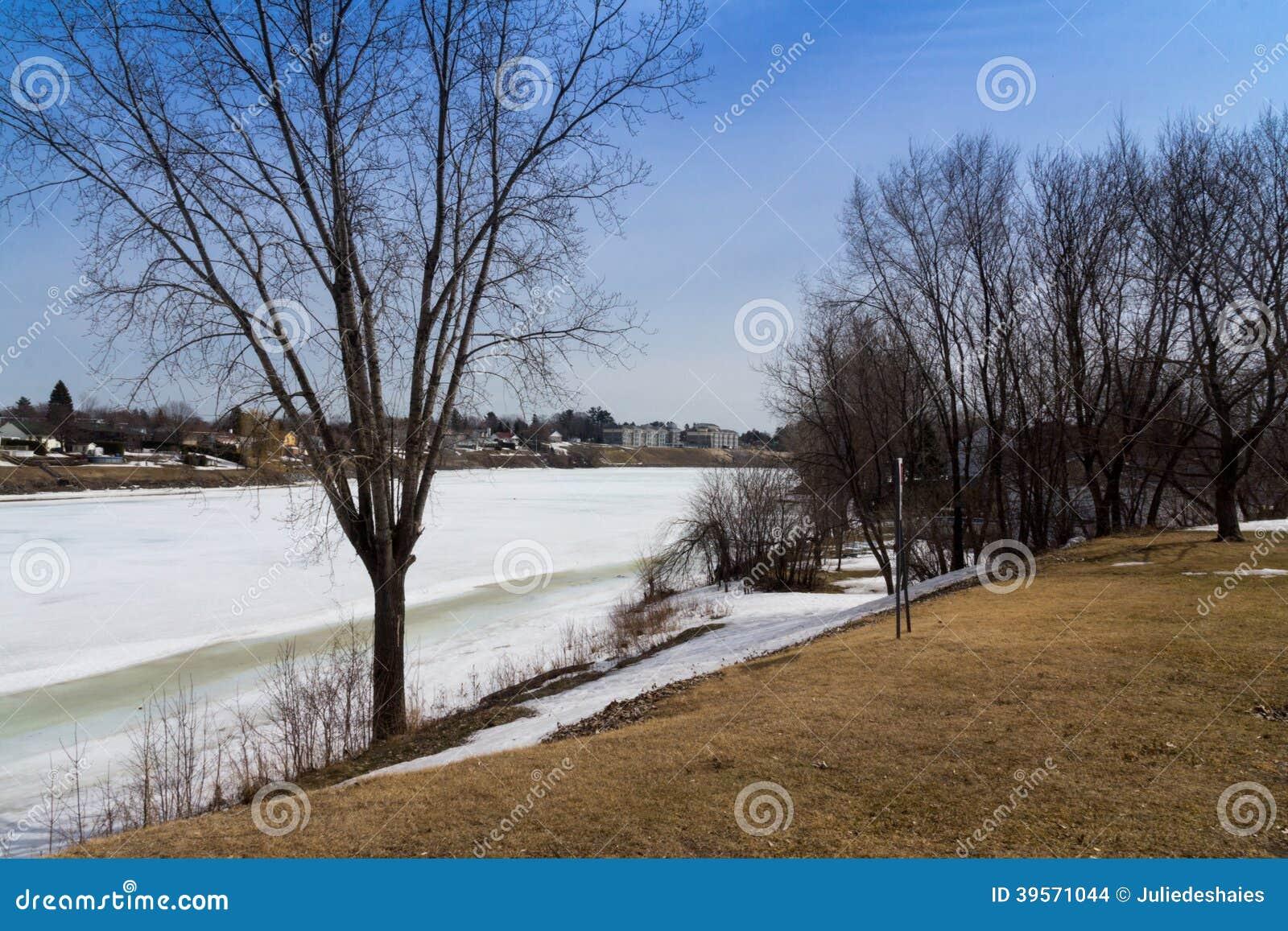 Sikt av den Richelieu floden på våren