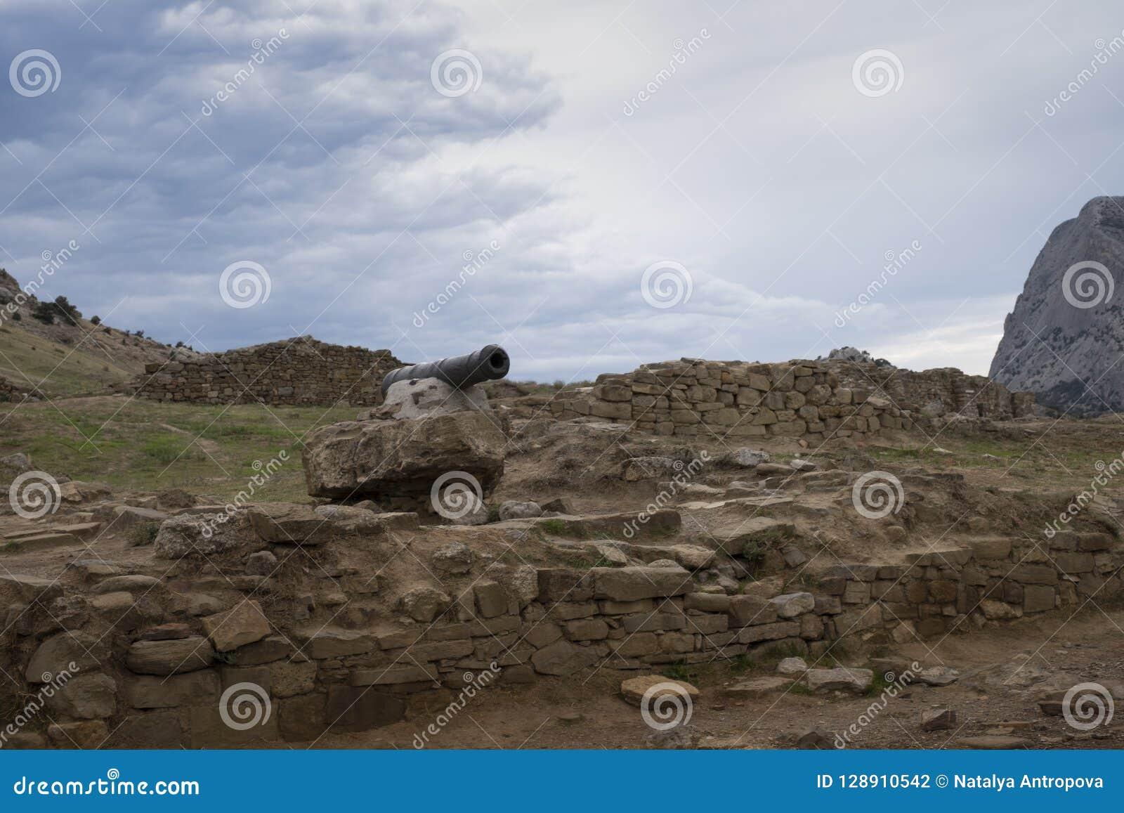 Sikt av den sjö- kanonen i den gamla Genoese fästningen i Krim