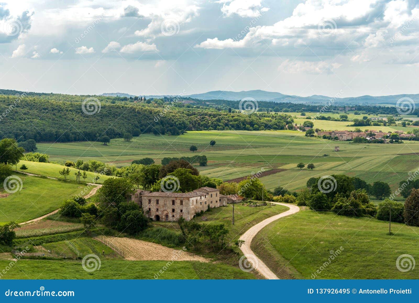 Sikt av den Tuscan bygden från vallarna av Monteriggioni i landskapet av Siena