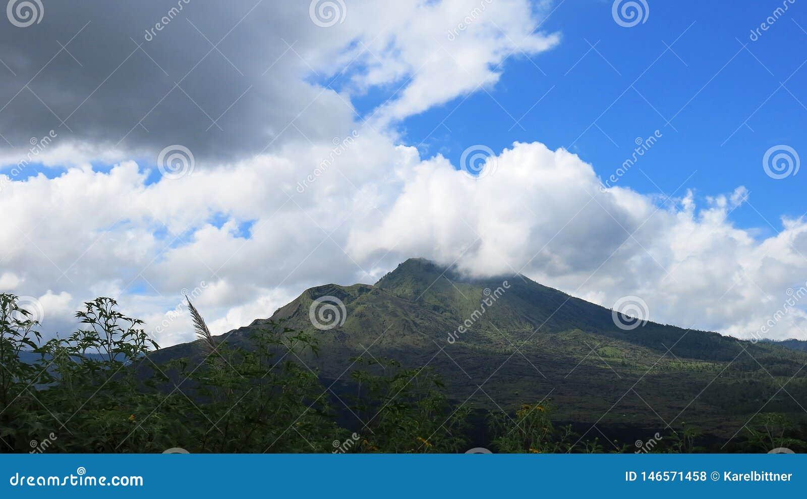 Sikt av den vulkaniska calderaen av Batur, i den Kintamani bergregionen
