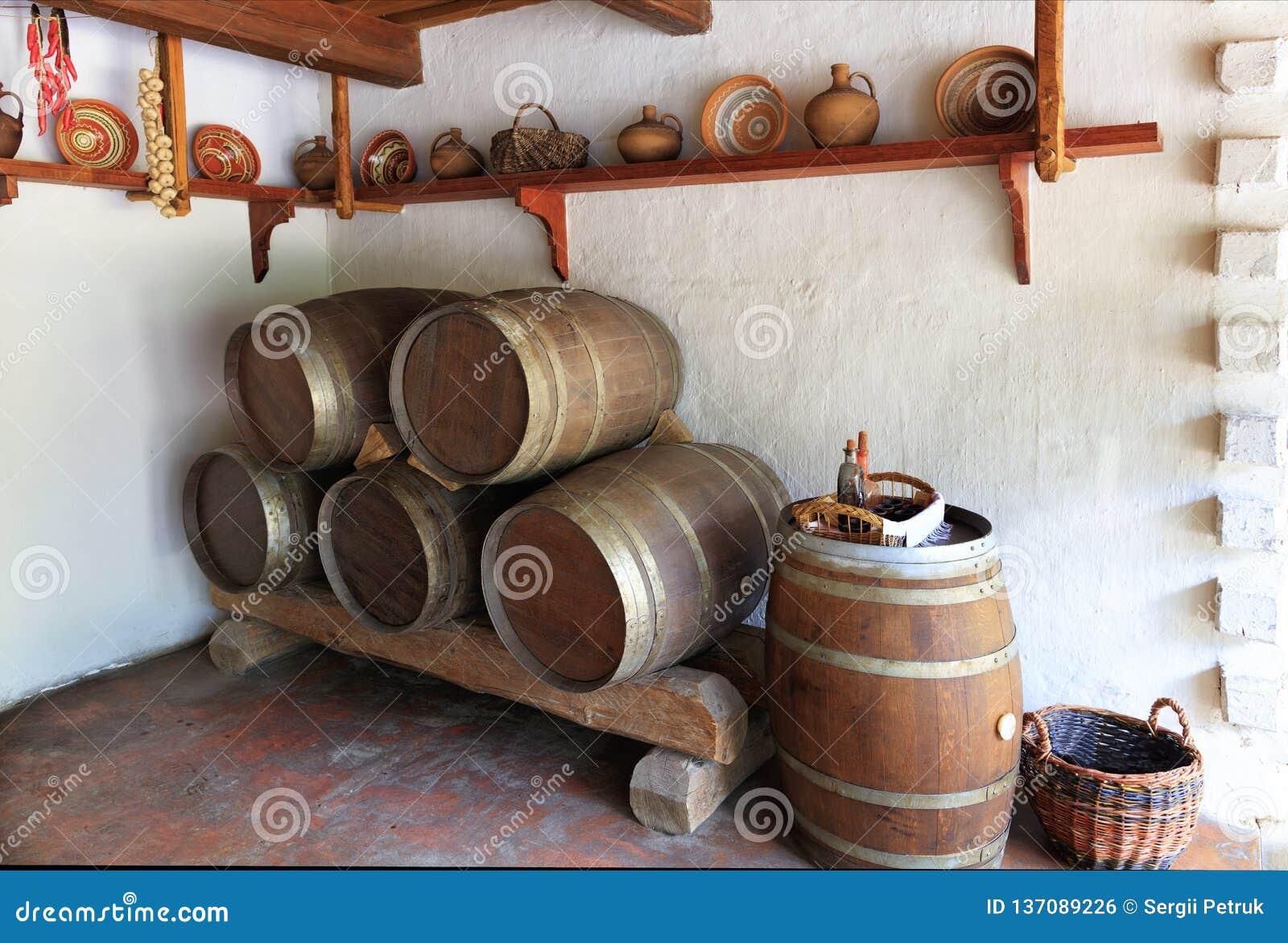 Sikt av det gamla vinrummet av det ukrainska lantliga hemmet, köksgerådet och träektrummorna