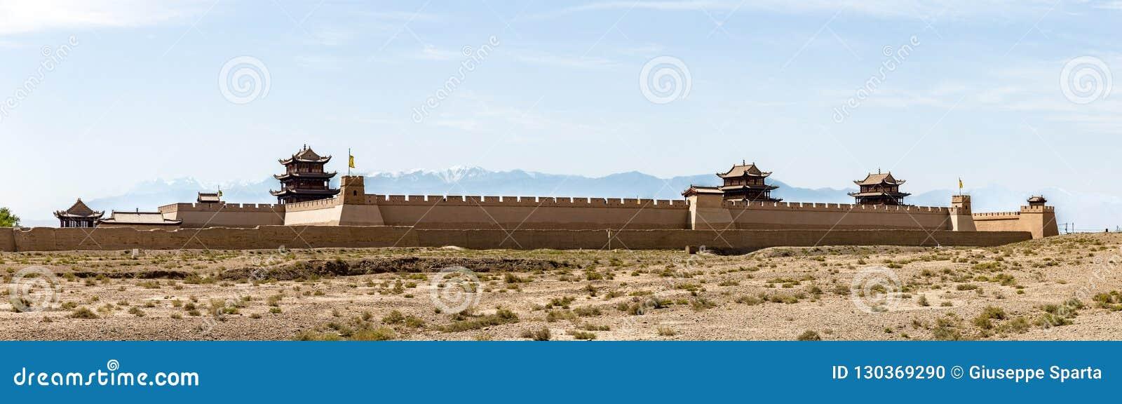 Sikt av det Jiayuguan fortet med korkade berg för snö på backgronden, Gansu, Kina