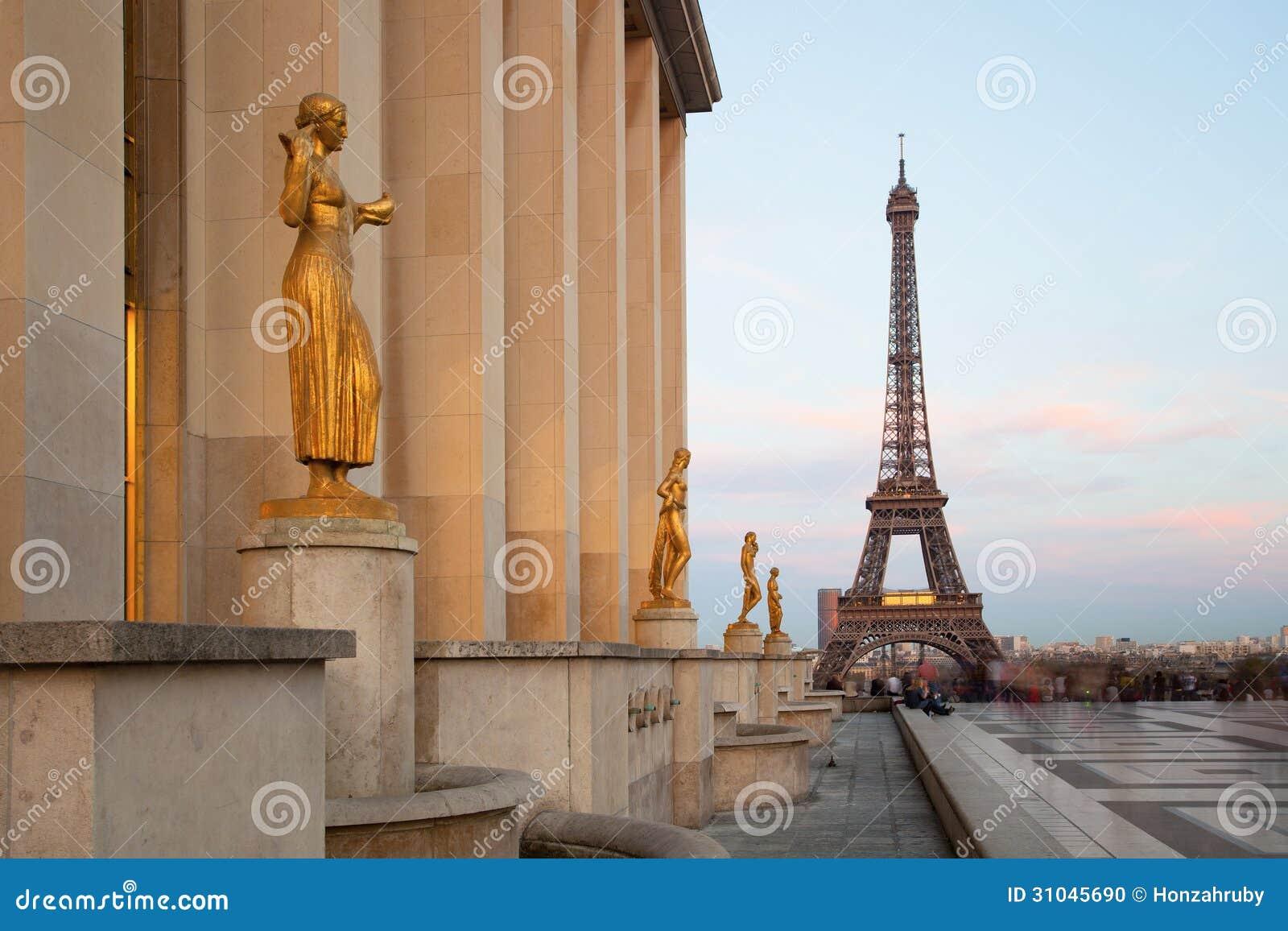 Sikt av Eiffeltorn med skulpturer på Trocadero i Paris