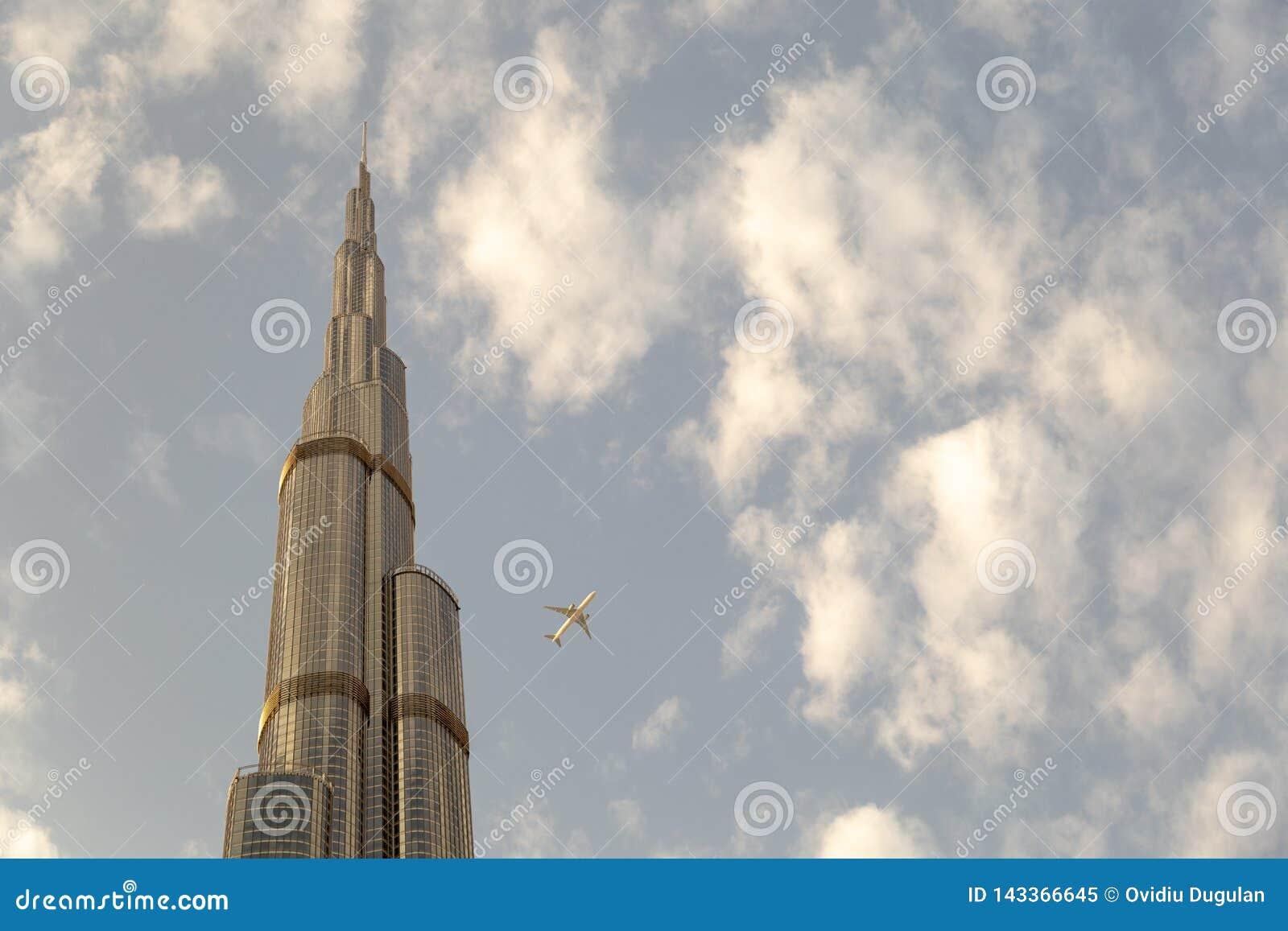 Sikt av ett Boing flygplan som nästan flyger Burj Khalifa i Dubai