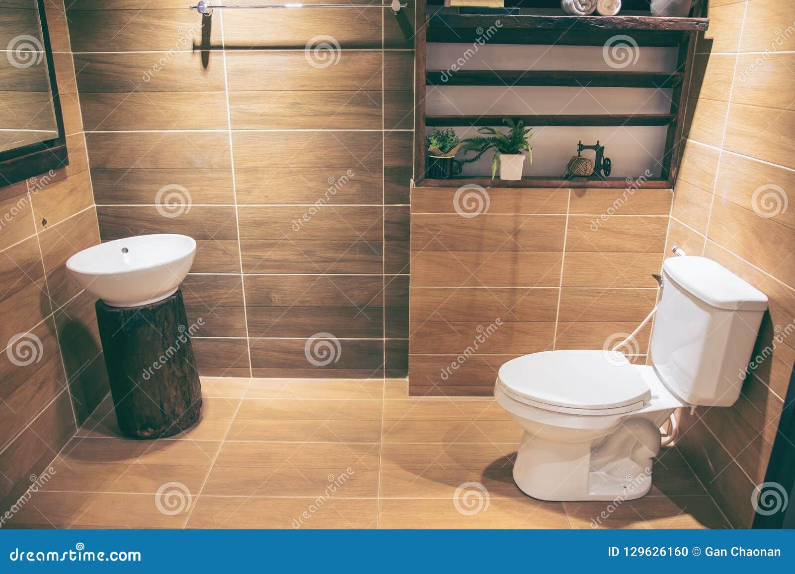 Sikt av ett rymligt och elegant badrum