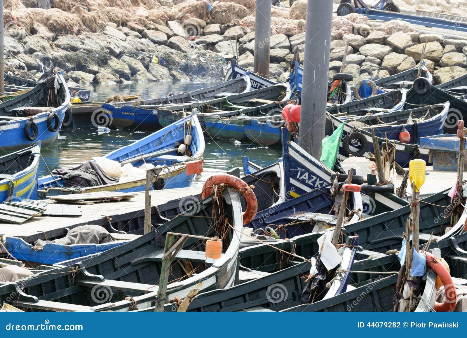 Sikt av fiskebåtar i Essaouira port