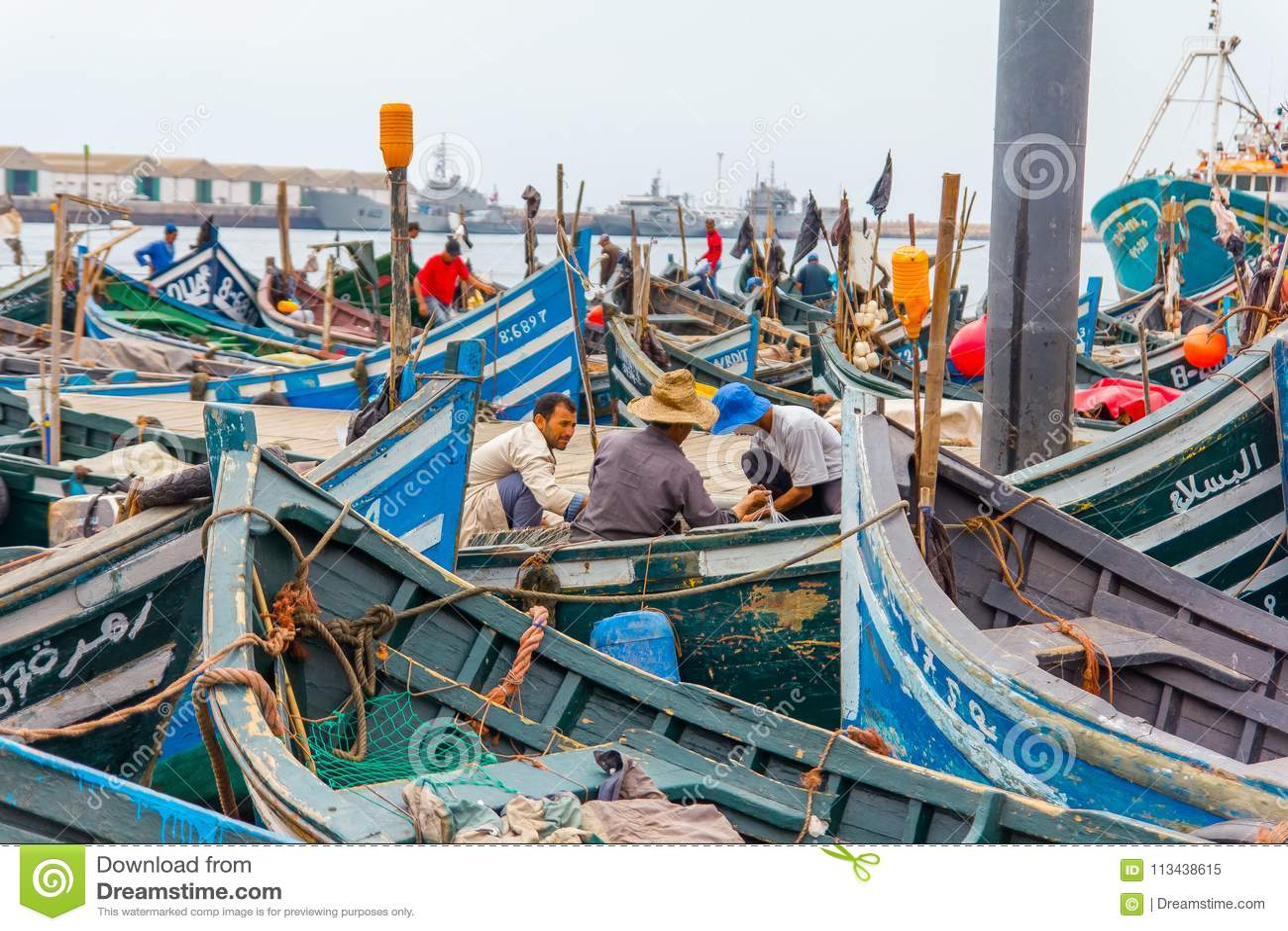 Sikt av fiskeblåttfartyg i Marocko port Agadir