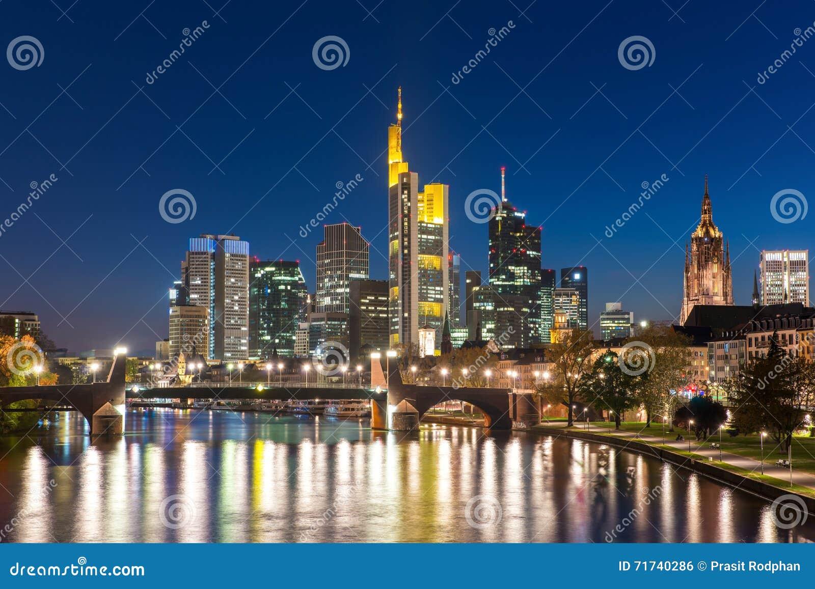 Sikt av Frankfurt - f.m. - huvudsaklig horisont på skymning, Tyskland