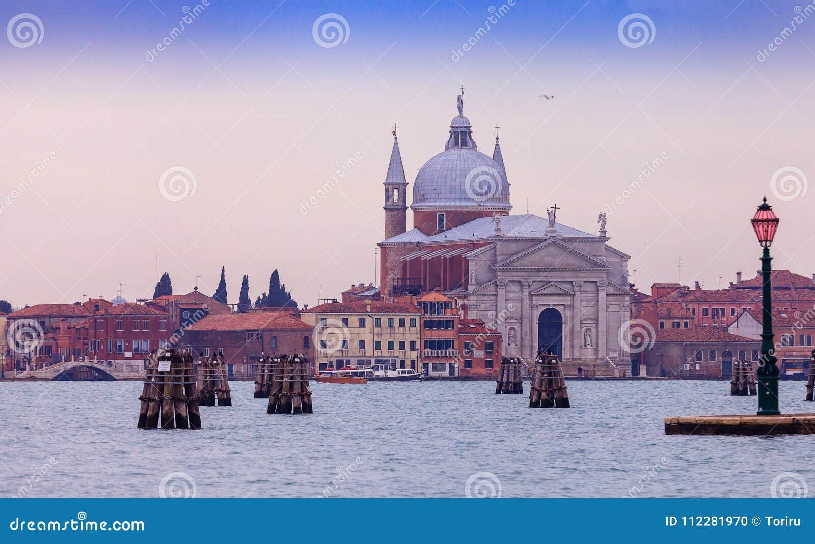 Sikt av Grand Canal och basilikan Santa Maria della Salute