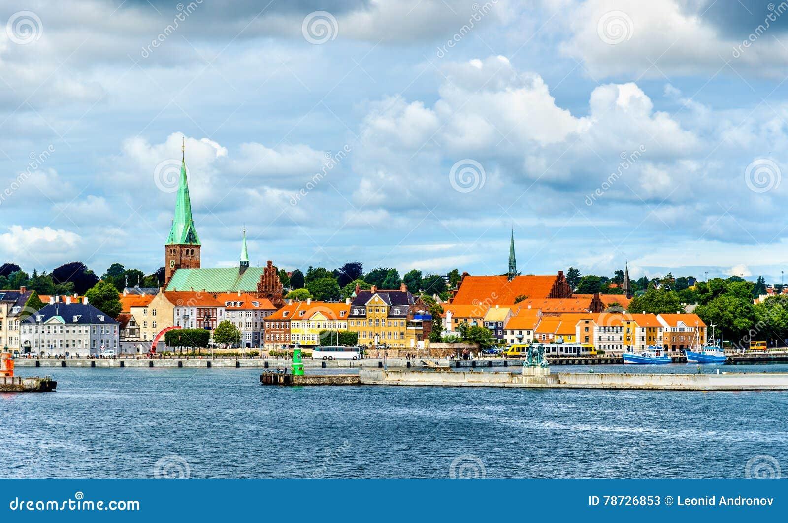 Sikt av Helsingor eller Elsinore från den Oresund kanalen - Danmark